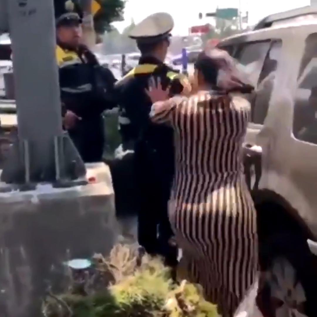 La primera en agredir fue una mujer a la que se observa empujar por la espalda a uno de los policías