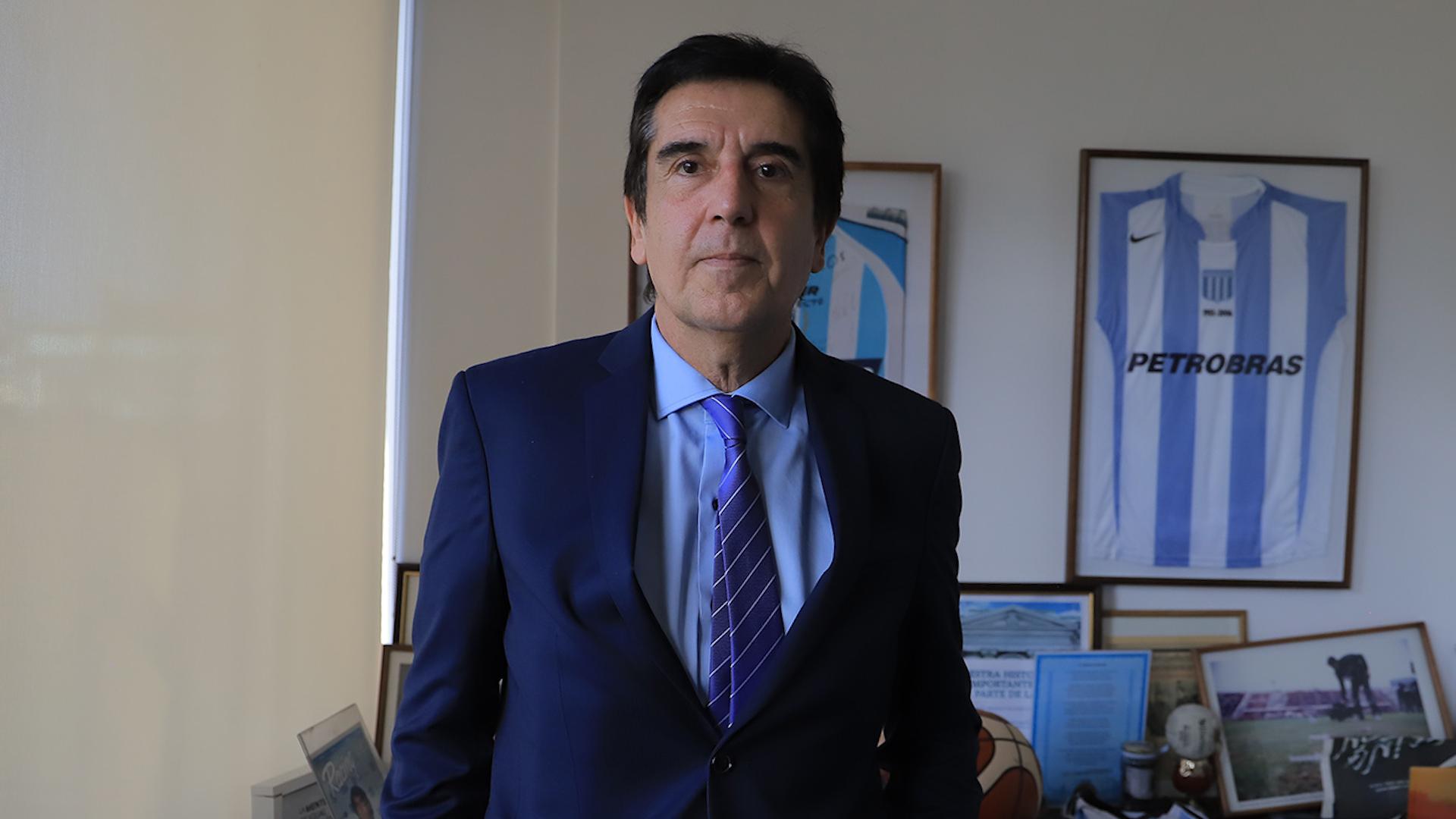 El economista en su oficina del microcentro (Lihuel Althabe)