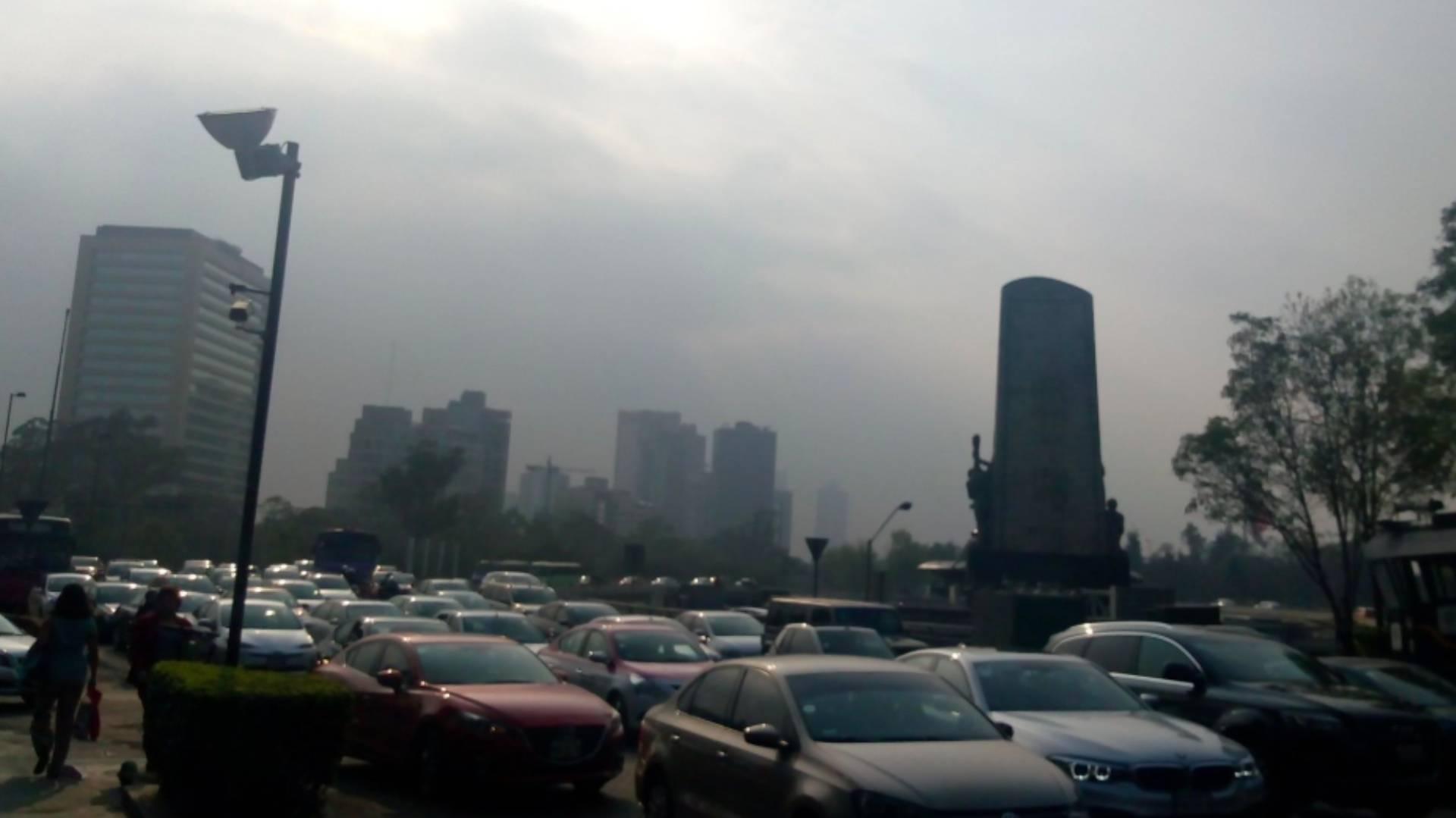El paisaje de Ciudad de México se tornó oscuro y tenía olor a humo (Foto: Twitter @KiqueJournalist)