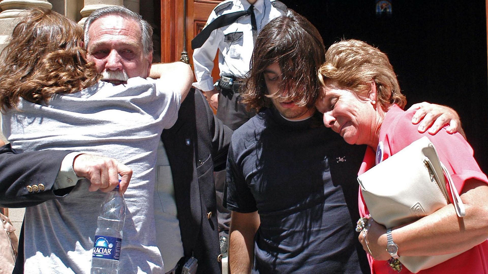 Los padres y hermanos de Marcos Schenone, se abrazan luego de conocerse la sentencia que condena a Horacio Conzi a 25 años de prisión (NA)