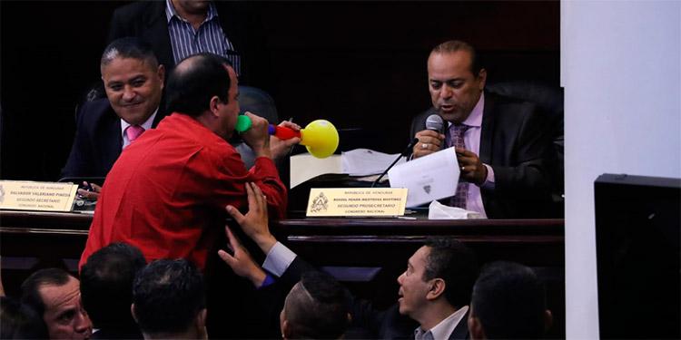 Un diputado molesta con una vuvuzela a un colega durante una intervención (Foto: Gentileza La Tribuna)