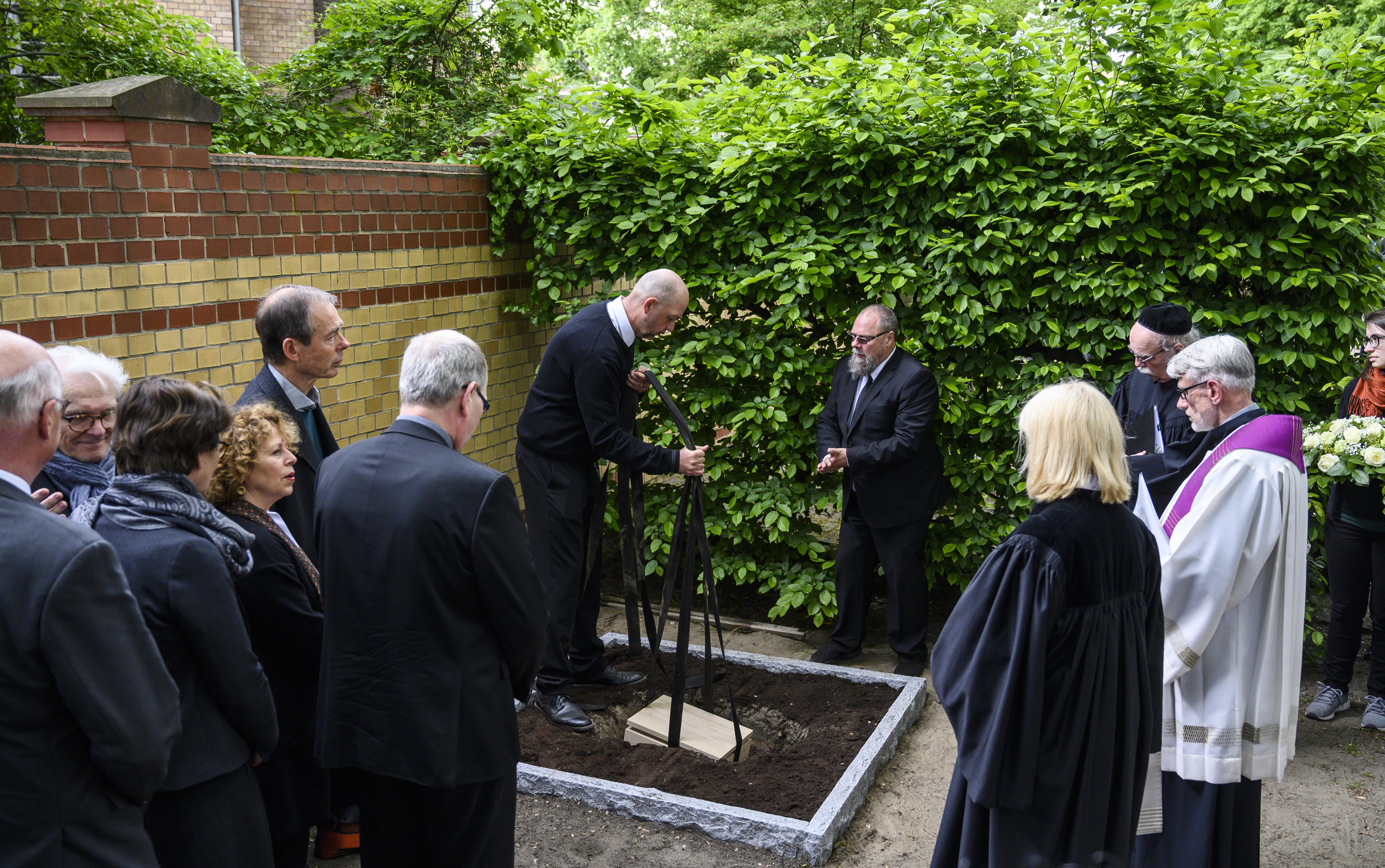 """""""Con esto, podemos devolverles parte de su dignidad a quienes fueron asesinados"""", dijo el médico Karl Max Einhäupl. Los restos fueron sepultados el lunes. (John MACDOUGALL / AFP)"""