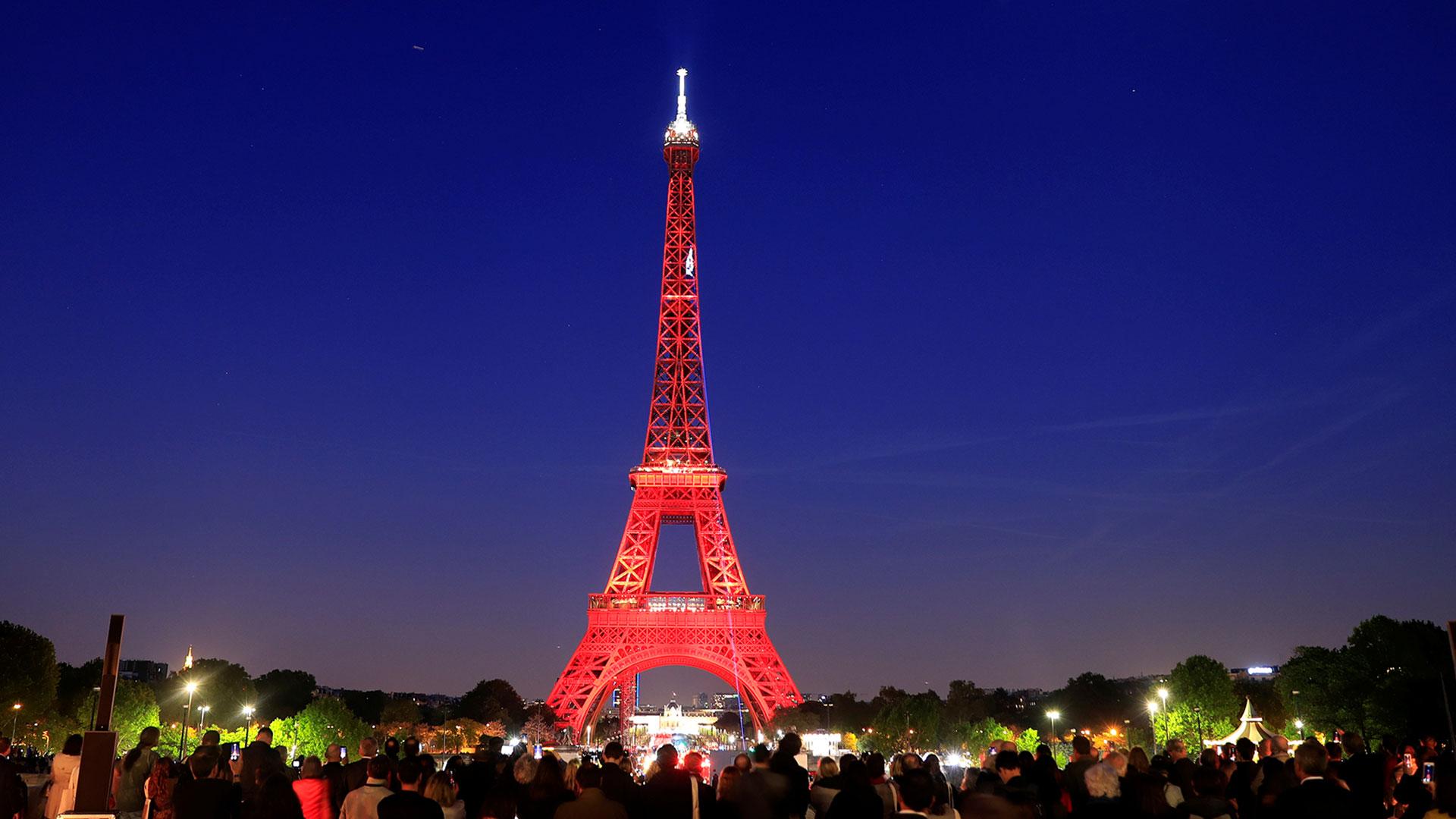 La Torre Eiffel se ilumina durante un show de luces para celebrar su 130 aniversario en París, Francia, el 15 de mayo de 2019.