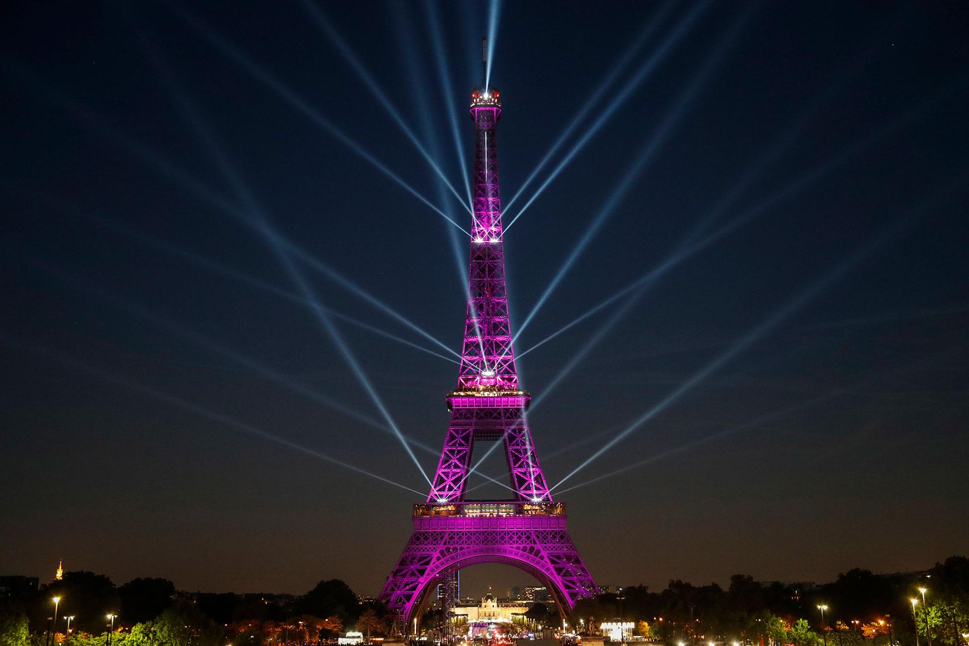 La torre fue completada en 2 años, 2 meses y 5 días por 250 obreros e inaugurada el 31 de marzo de 1889.