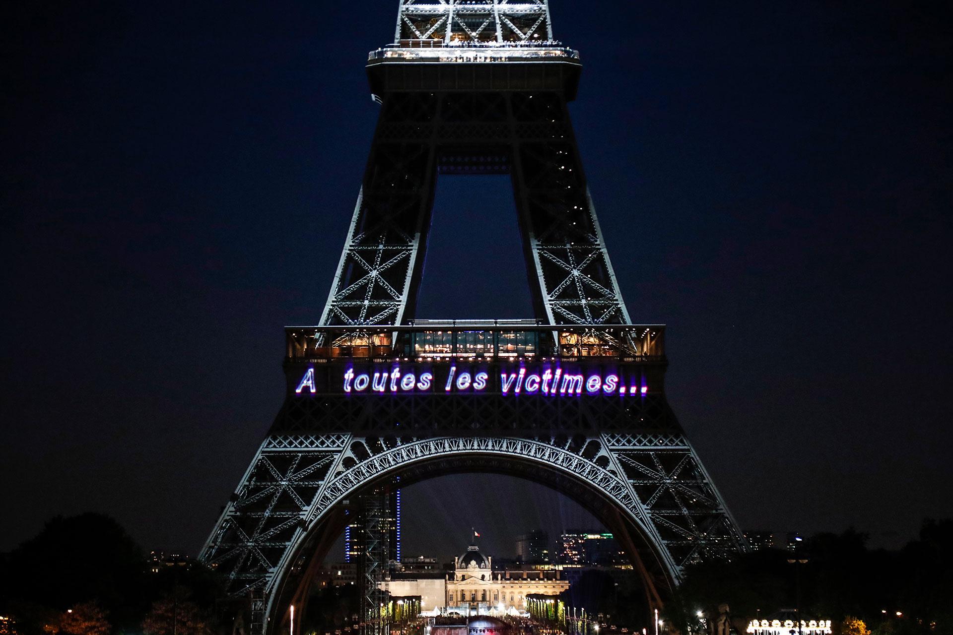 """Una foto tomada el 15 de mayo de 2019 muestra la inscripción """"A todas las víctimas…"""""""
