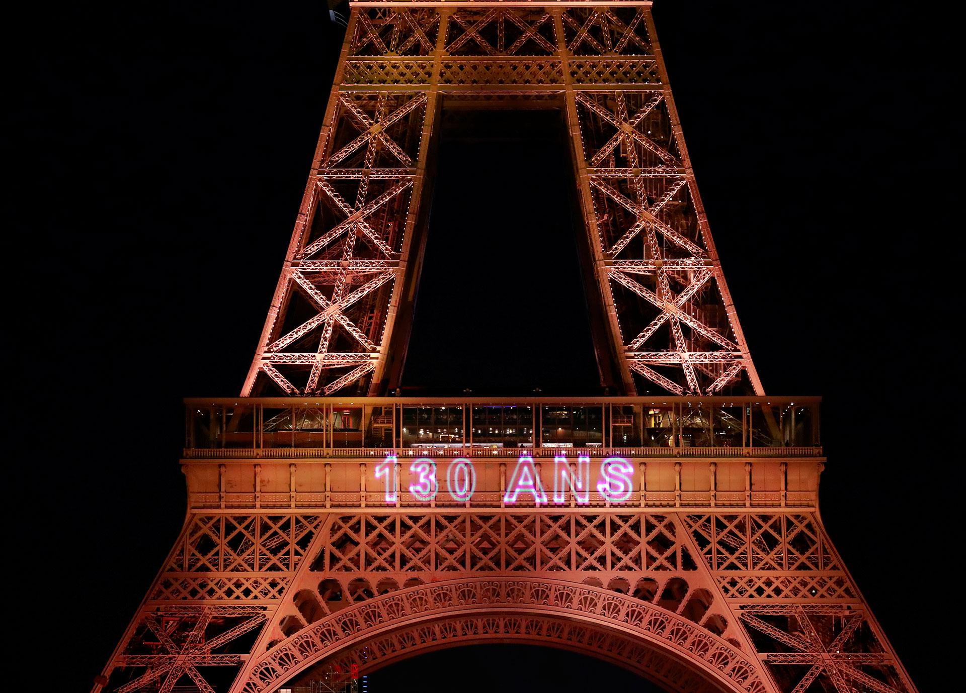 Miles de parisinos celebraron el aniversario 130 de la construcción de la Torre Eiffel