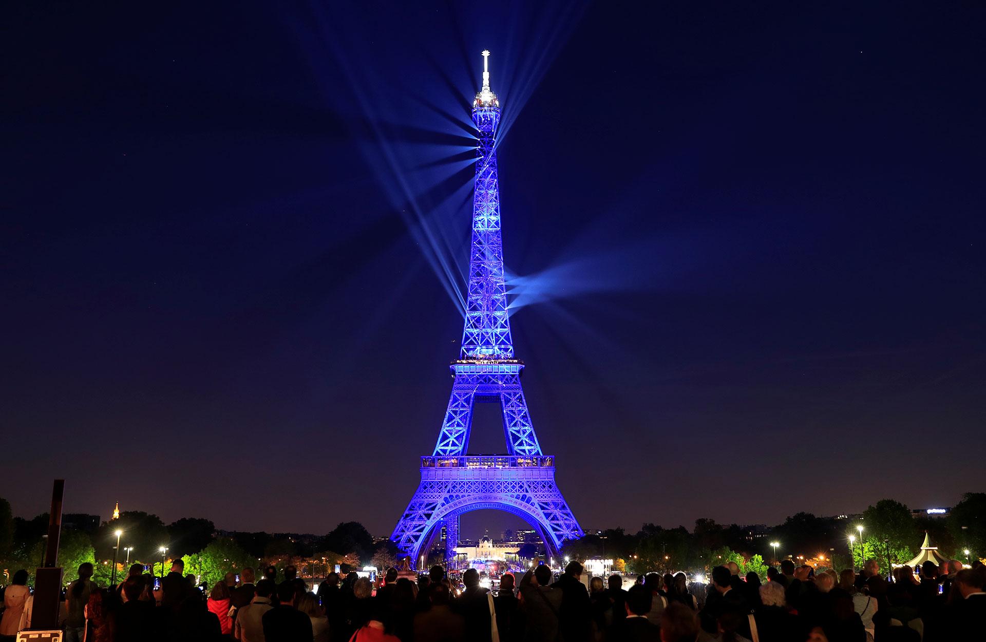 París festejó el aniversario 130 de la Torre Eiffel con un show de luces.