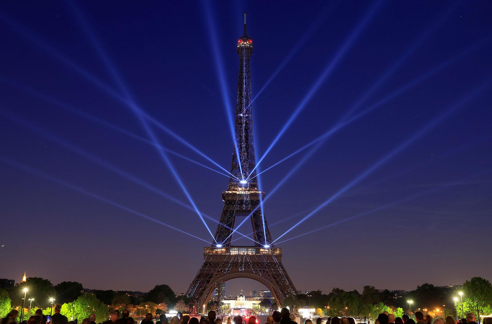 La Torre Eiffel mide 324 metros de altura, pesa 7.300 toneladas y recibe a más de siete millones de visitantes cada año.