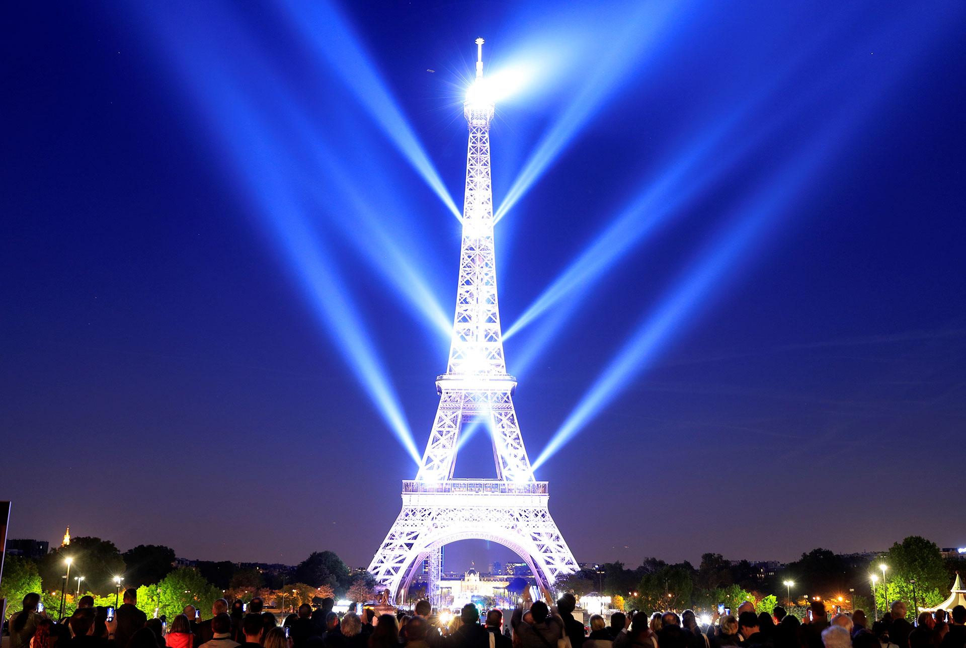 La Torre Eiffel -muy iluminada- durante las celebraciones por su aniversario número 130