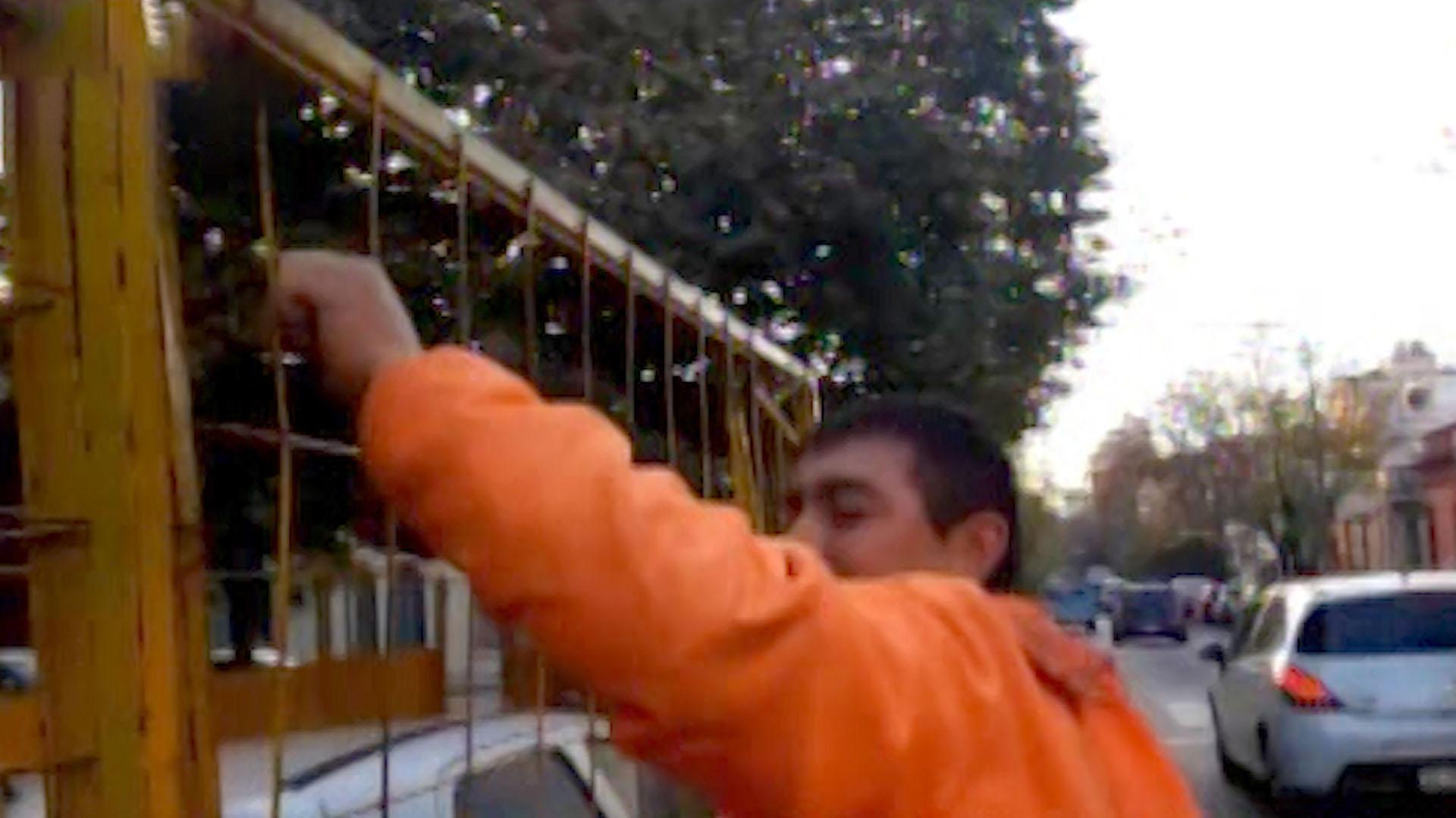 Uno de los trabajadores abrió la reja a la espera de que aparezca el dueño