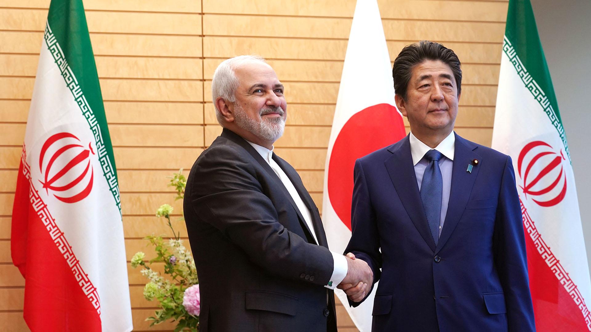 El canciller iraní Mohammad Javad Zarif junto al primer ministro de Japón, Shinzo Abre (Reuters)