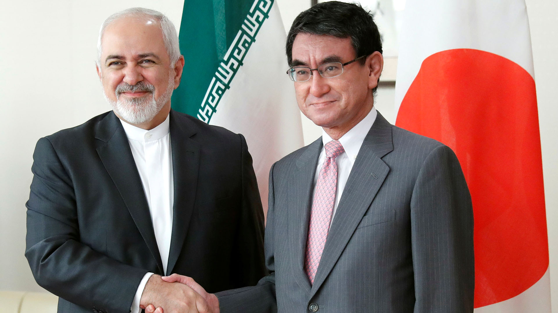 Zarif junto a su par japonés, el ministro de ExterioresTaro Kono in Tokyo (REUTERS/Kim Kyung-Hoon)