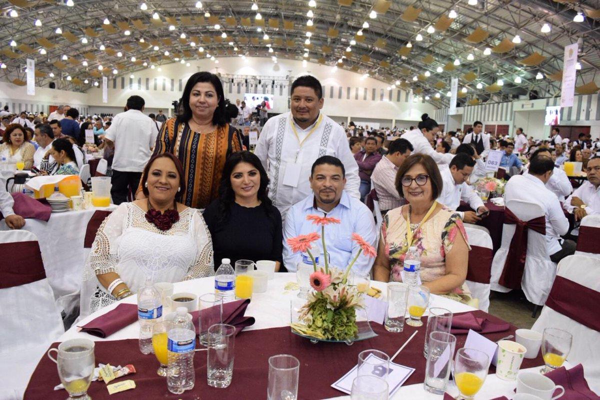 Los gobiernos de Veracruz y Guerrrero festejaron a los maestros con la rifa de cuatro automóviles (Foto: Twitter @DipAdrianaEMtz)