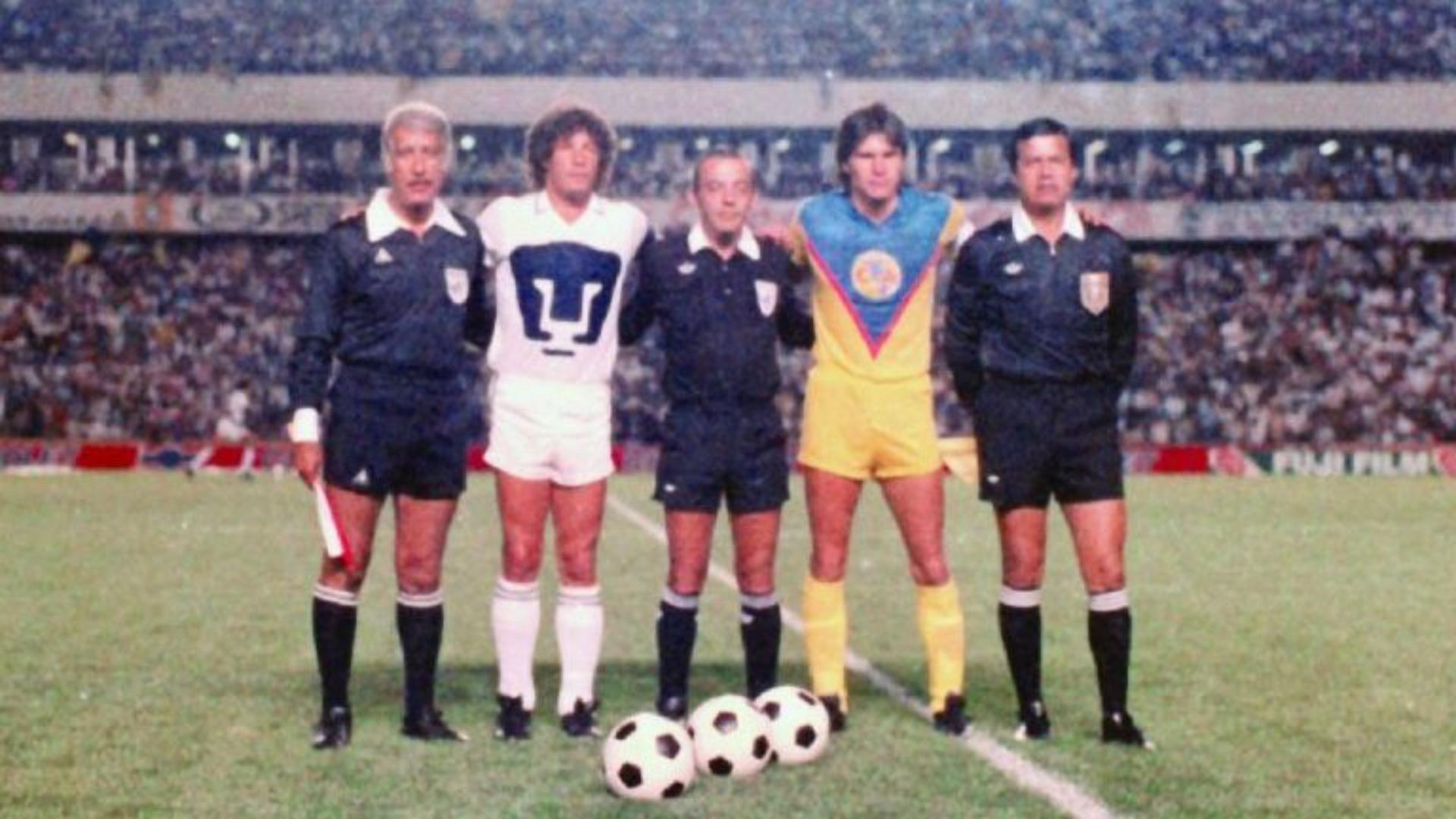 Los capitanes de ambos equipos posan con Urrea en la final de desempate en Querétaro (Foto: Especial)