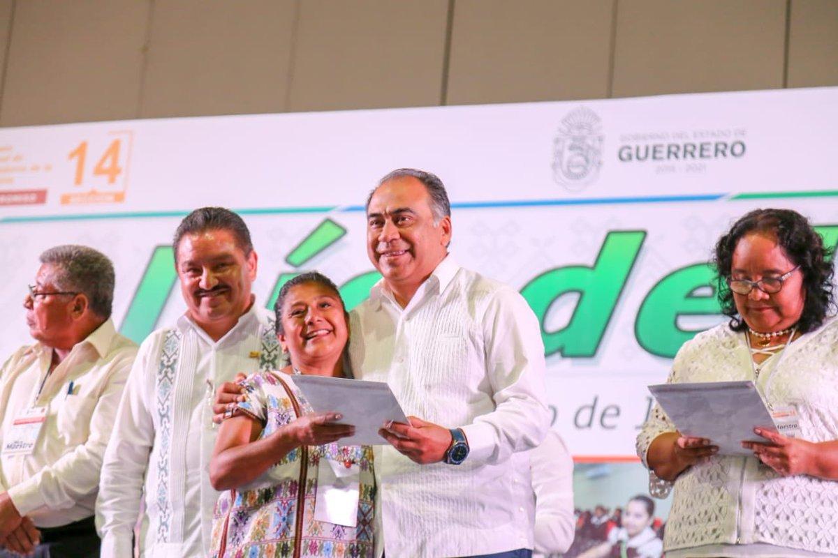 Al menos mil 138 docentes de Guerrero recibieron estímulos y reconocimientos por el Día del Maestro. Aquí el gobernador de la entidad, Héctor Astudillo (Foto:Twitter @HectorAstudillo)