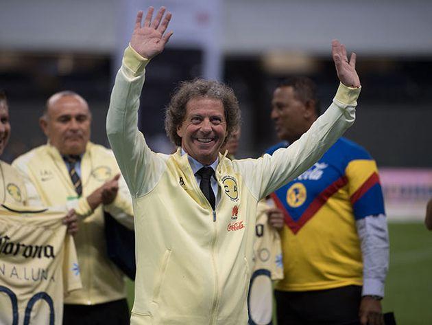 Brailovsky, ahora comentarista, homenajeado en el centenario del club América (Foto: Liga MX)