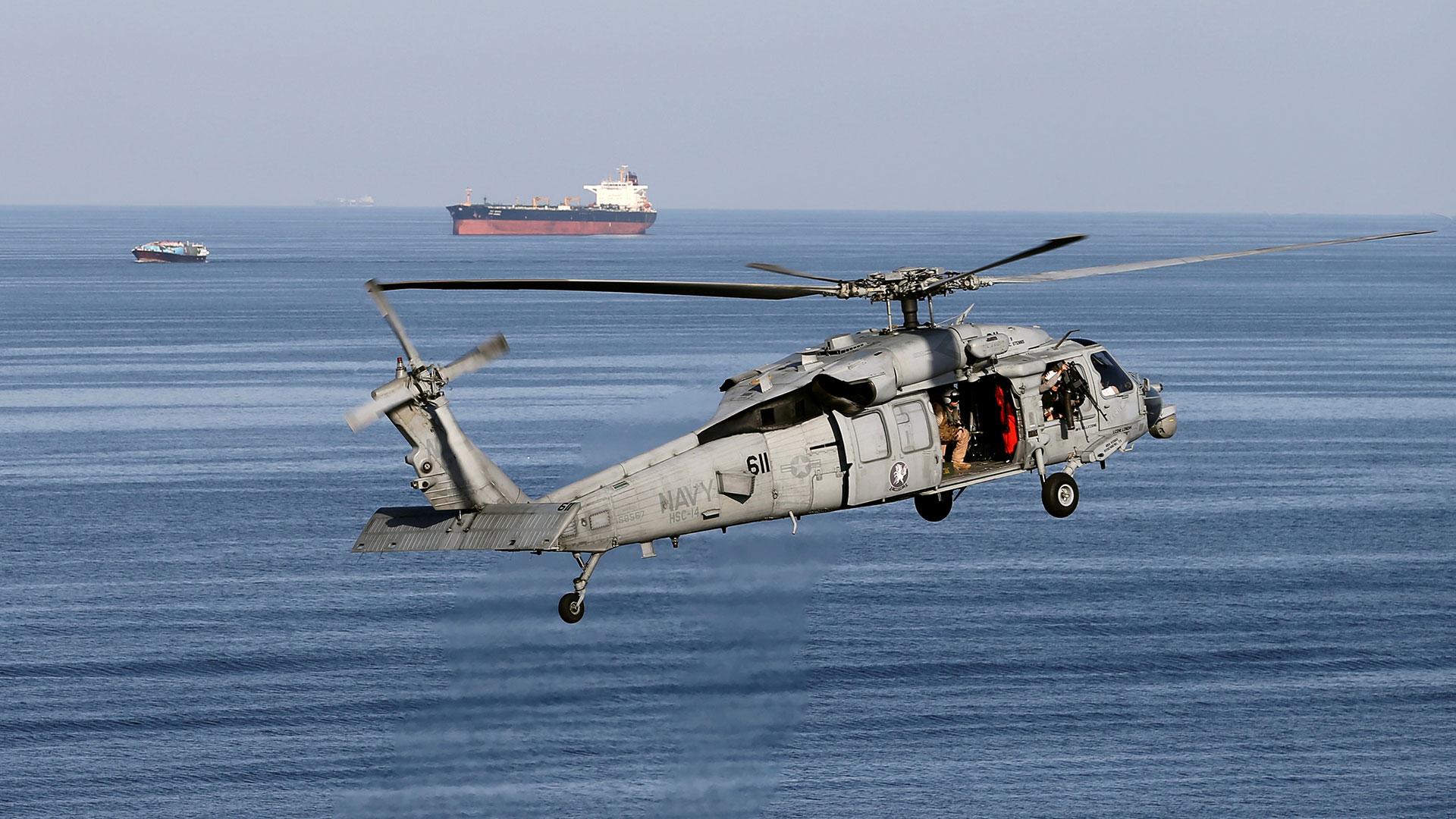 Un helicóptero MH-60S sobrevuela el estrecho de Ormuz mientras el USS John C. Stennis se dirige al Golfo Pérsico el 21 de diciembre de 2018 (REUTERS/Hamad I Mohammed/File Photo)