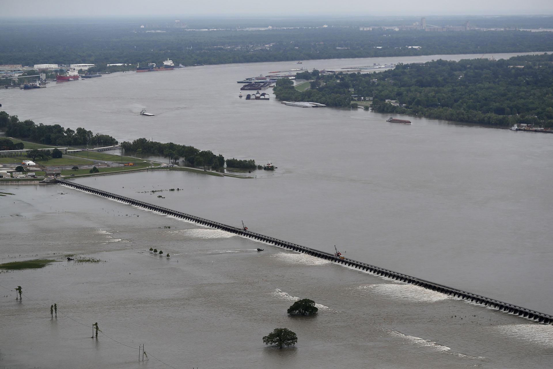 Las lluvias torrenciales en Luisiana provocaron un aumento tan rápido en el nivel del agua del río que el Cuerpo de Ingenieros del Ejército está abrió el Bonnet Carre Spillway cuatro días antes de lo previsto. El río subió 15 centímetros en 24 horas la semana pasada, y se espera que llueva aún más hasta fines de mes. (AP)