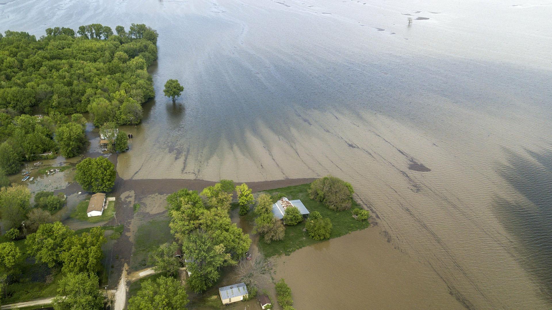 El agua del río Misisipi cubre las carreteras y se acerca a las casas el sábado 4 de mayo de 2019 en Winfield, Misuri. (AP)