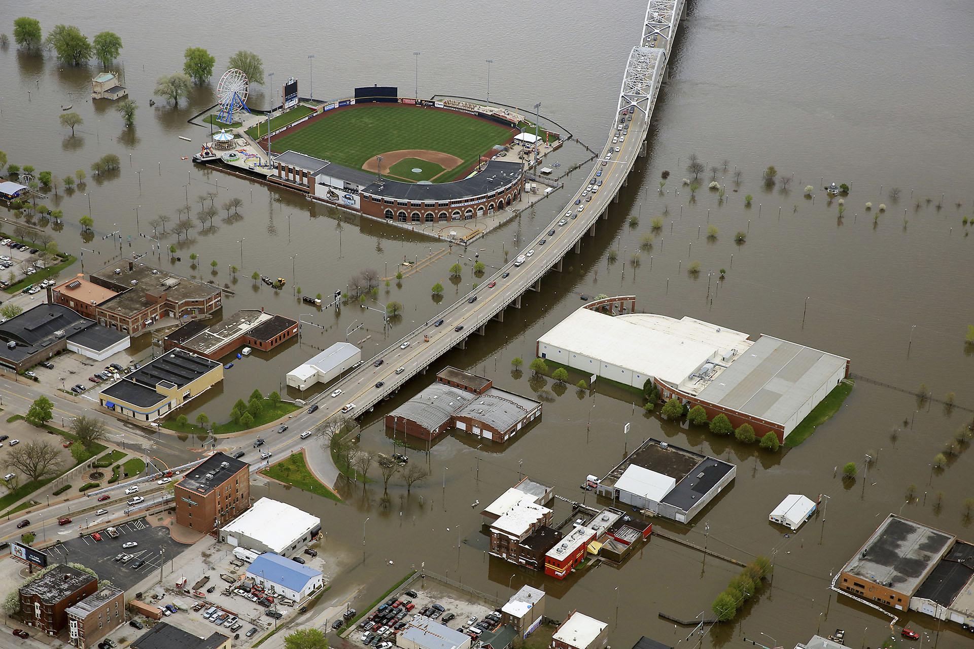 Una foto aérea de Davenport, Iowa, muestra el Modern Woodmen Park, arriba, y el área circundante cubierta por las aguas del río Misisipi, el viernes 3 de mayo de 2019. (AP)