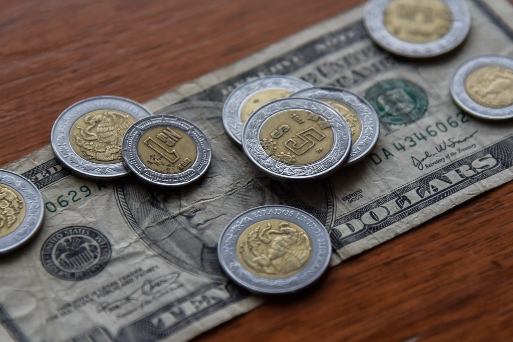 CIUDAD DE MÉXICO, 09OCTUBRE2017.- El dólar americano cerró en 18.95 pesos a la venta en bancos de la ciudad, lo cual representa una caída de 10.15 centavos, respecto al tipo de cambio del viernes. FOTO: ISAAC ESQUIVEL /CUARTOSCURO.COM