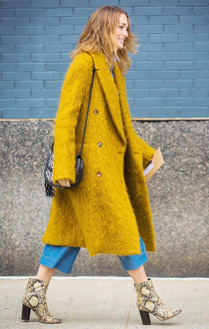 Street Style. Abrigo amarillo oversize combinado con jean 3/4 y botas animal print. Foto: Pinterest