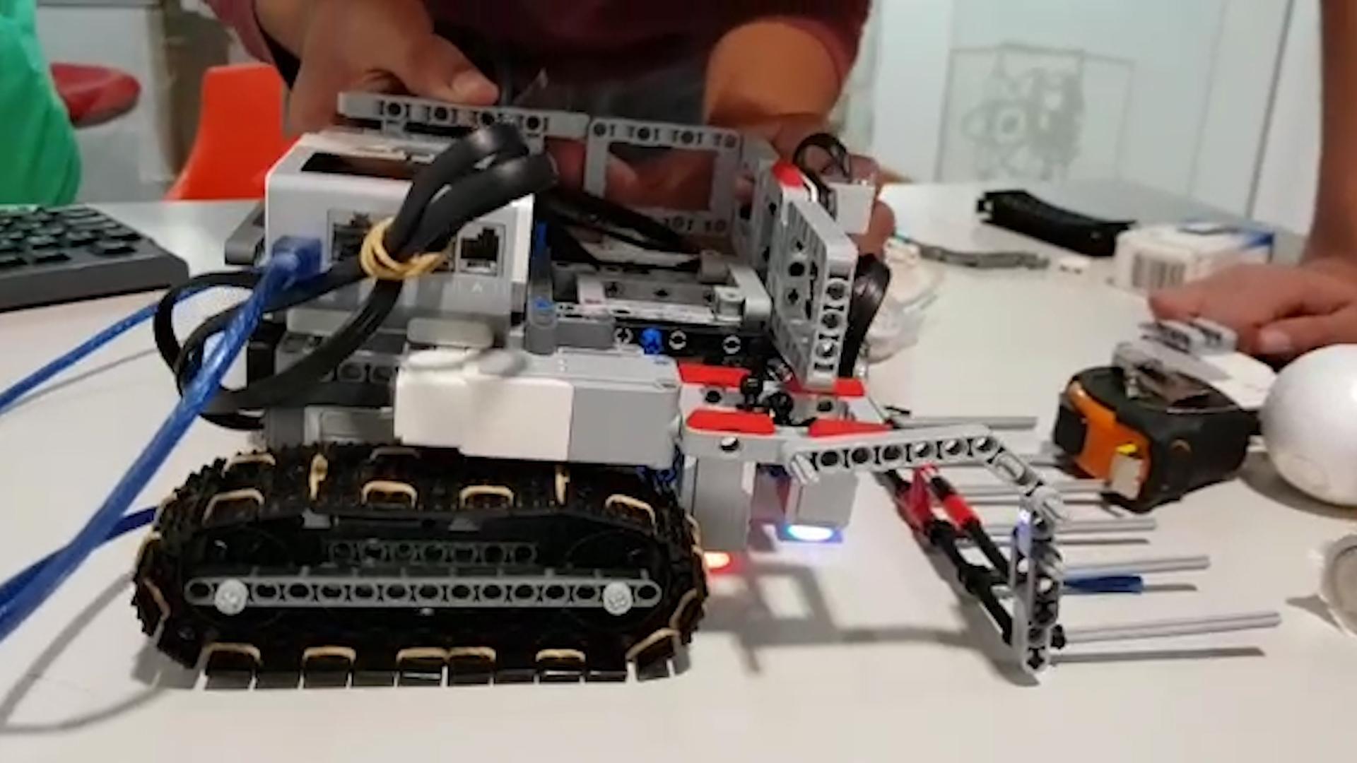 El robot que crearon se mueve de manera autónoma y es capaz de sortear obstáculos.