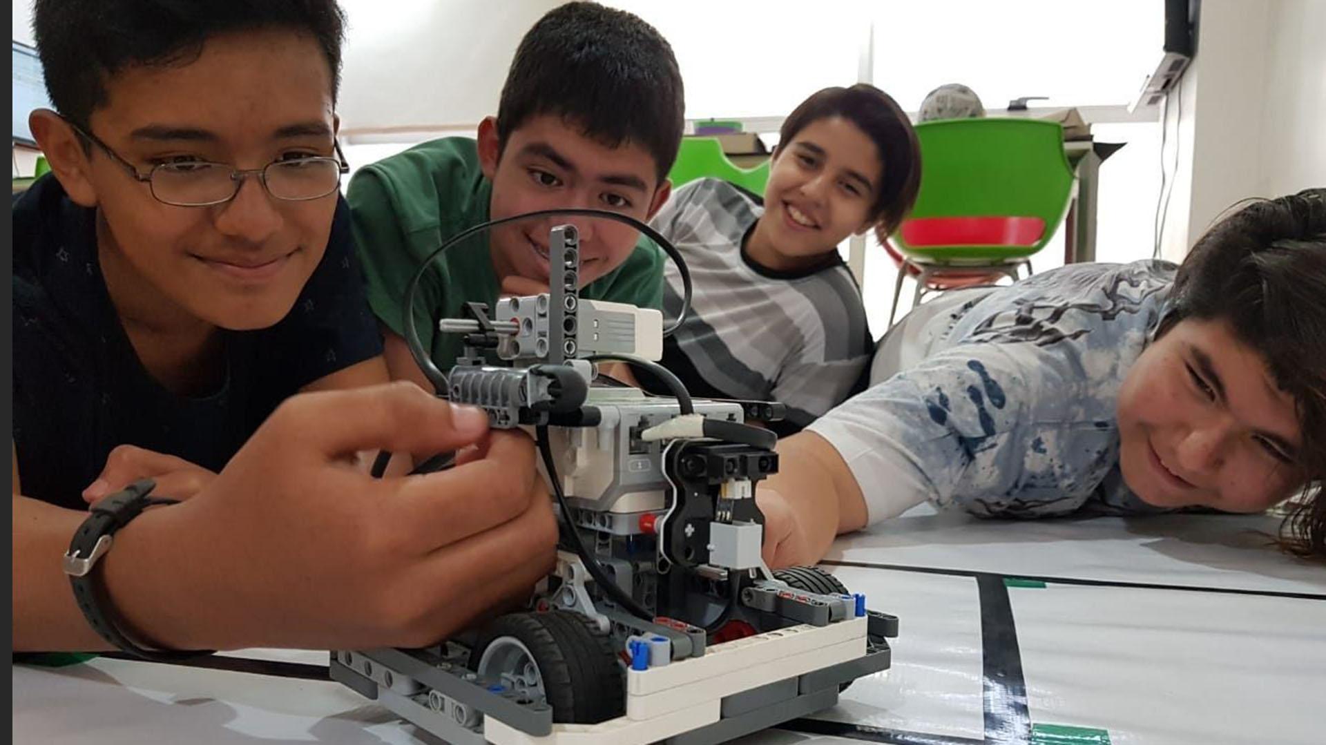 Los estudiantes trabajando en el robot.