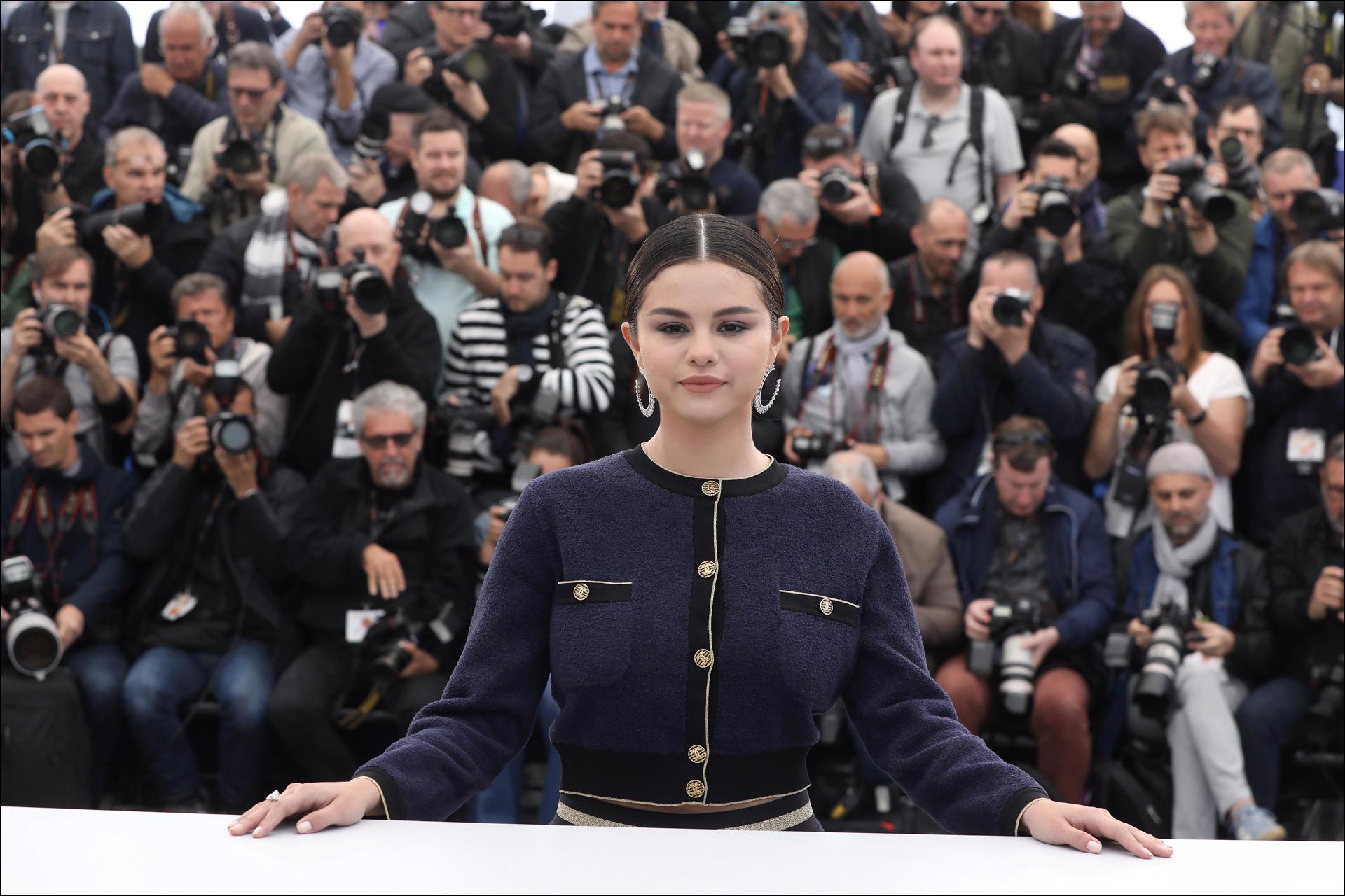 Selena Gomez sorprendió con un look formal chic en Cannes.