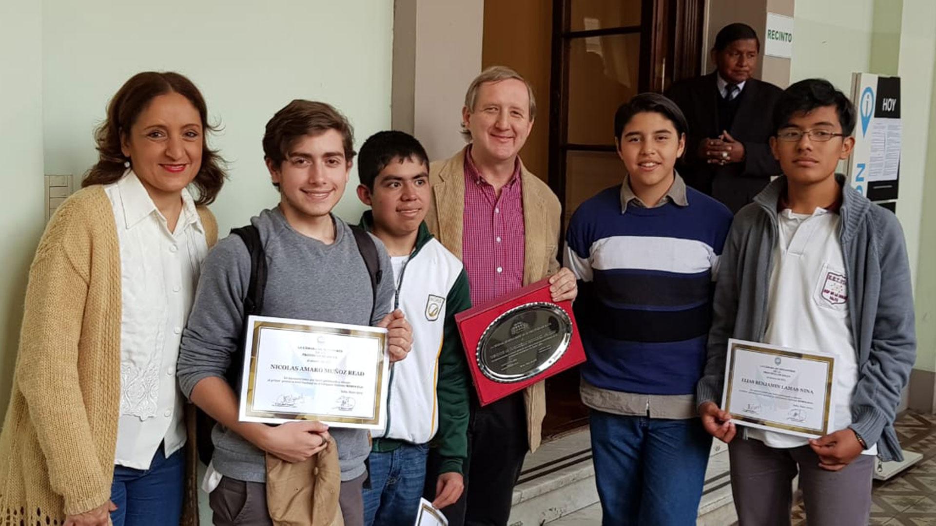 (De izquierda a derecha) Profesora Cecilia Budeguer Nicolas Muñoz Read; Manuel Gorjon;ingeniero Gustavo Viollaz;Joaquín Argañaraz Fernandez y Elías Benjamín Lamas.