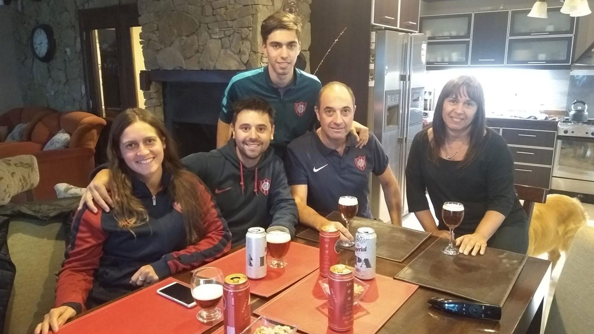 Micaela y Damián junto a la familia Mavricich, en El Calafate