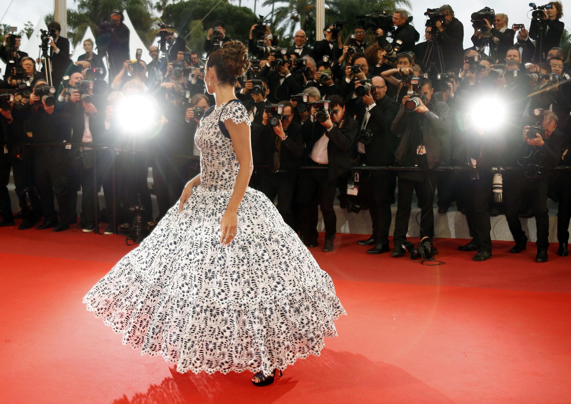 La actriz cautivó con este vestido de encaje, diseñado especialmente por la casa Chanel
