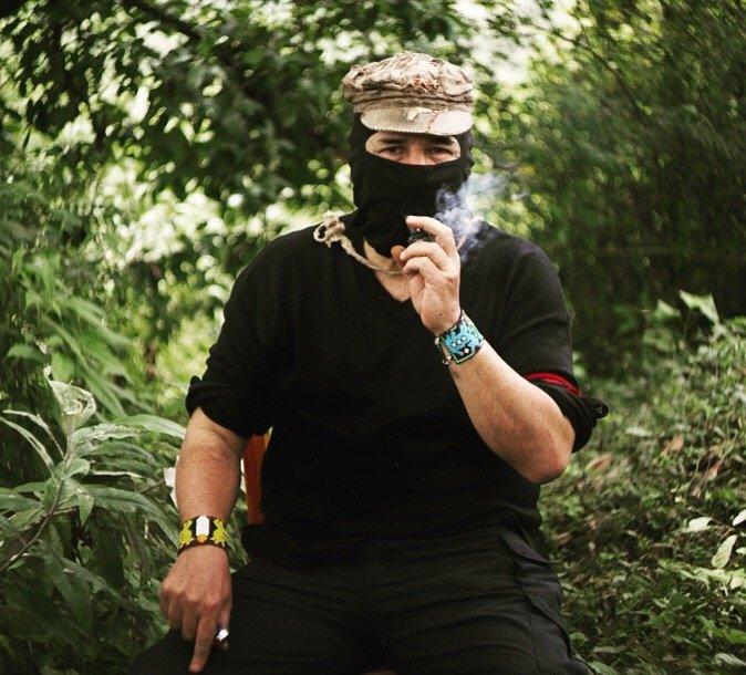 """El Subcomandante Galeano, antes conocido como Marcos, durante una entrevista en Chiapas (Instantánea de """"1994"""" vía Netflix)"""