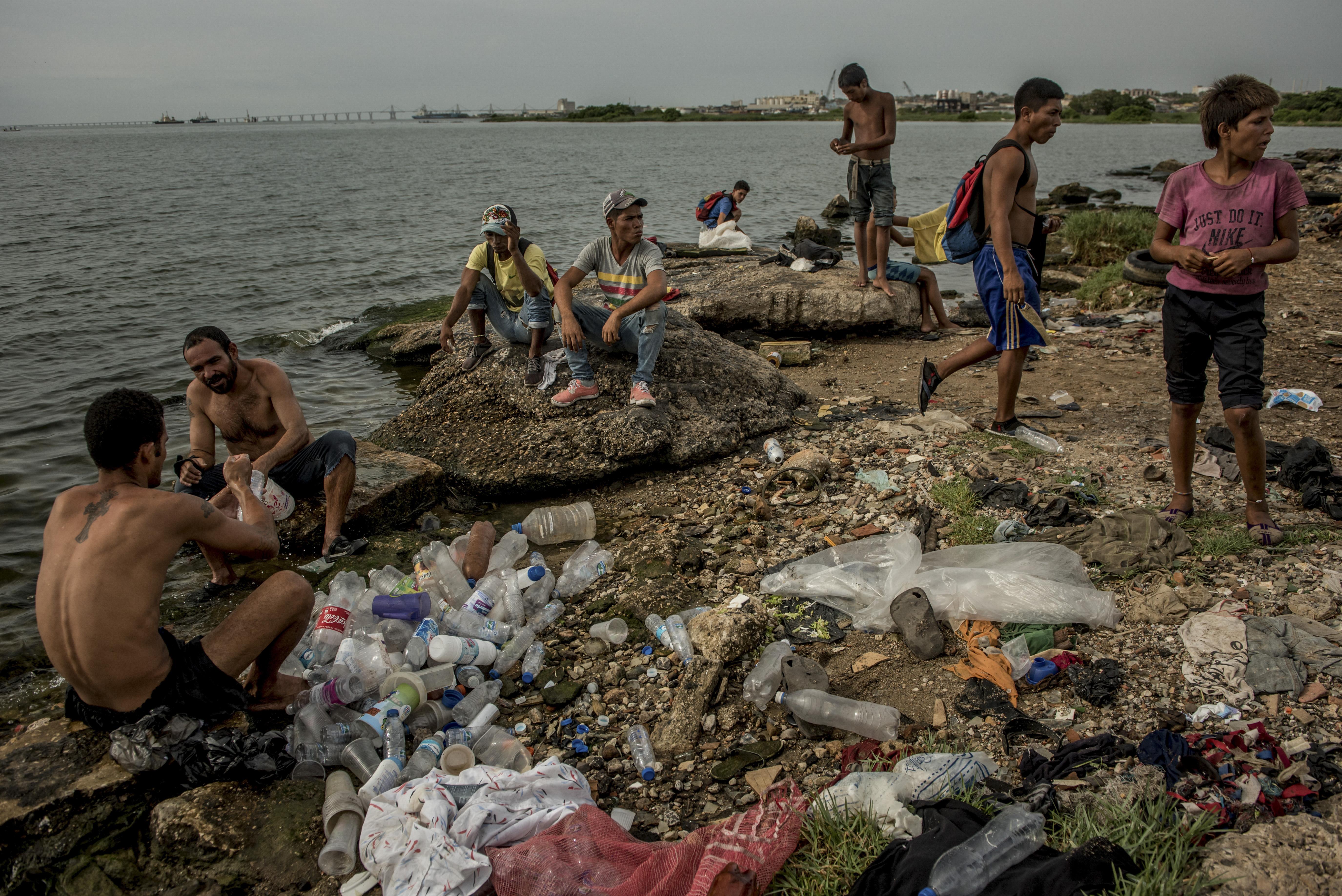 En el Lago de Maracaibo, comerciantes y obreros que perdieron sus trabajos lavaban el plástico reciclable que recolectaron. (Meridith Kohut/The New York Times)