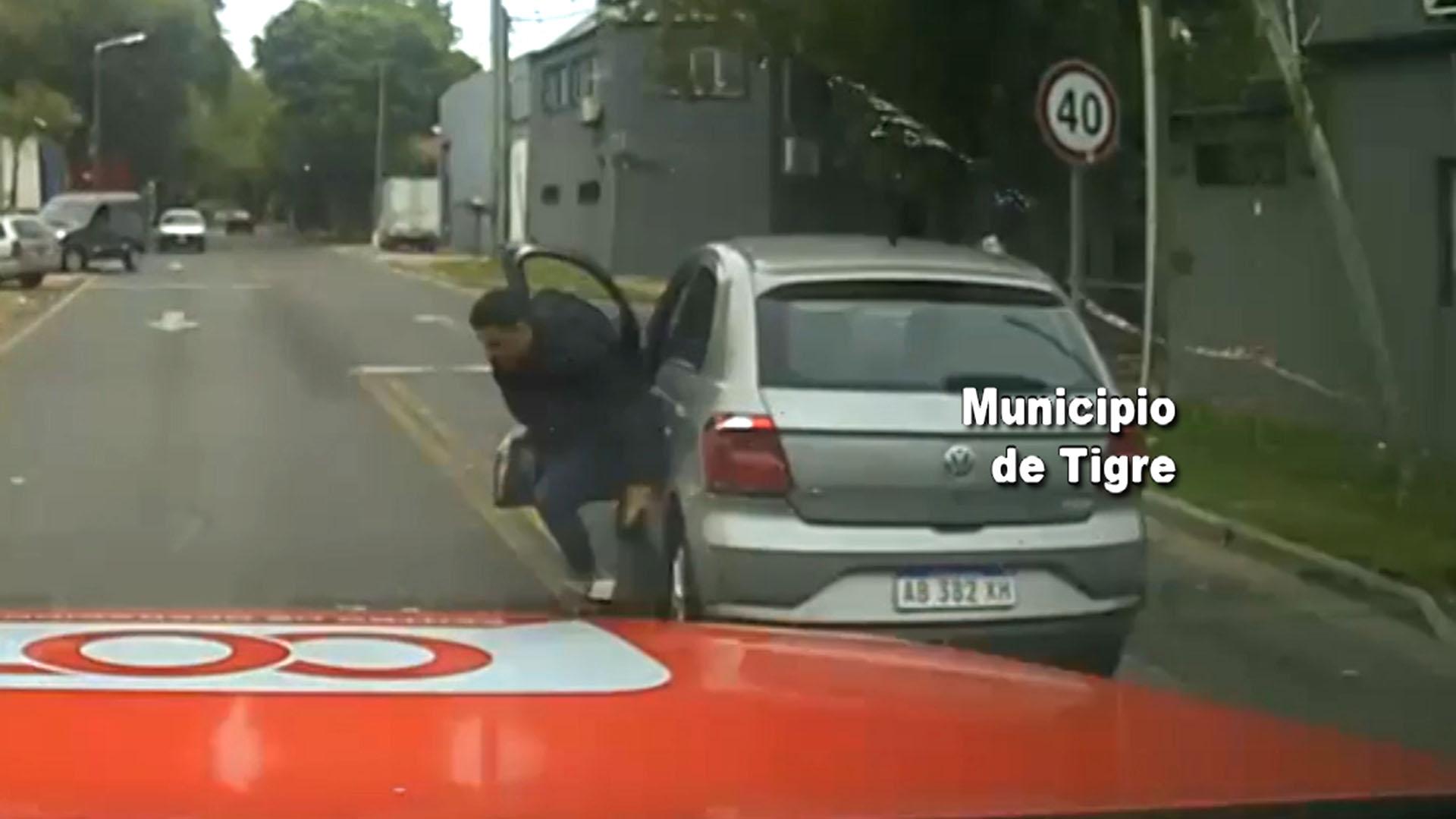 El delincuente se arrojó a la calle con el auto en movimiento, que terminó incrustado en un poste de luz