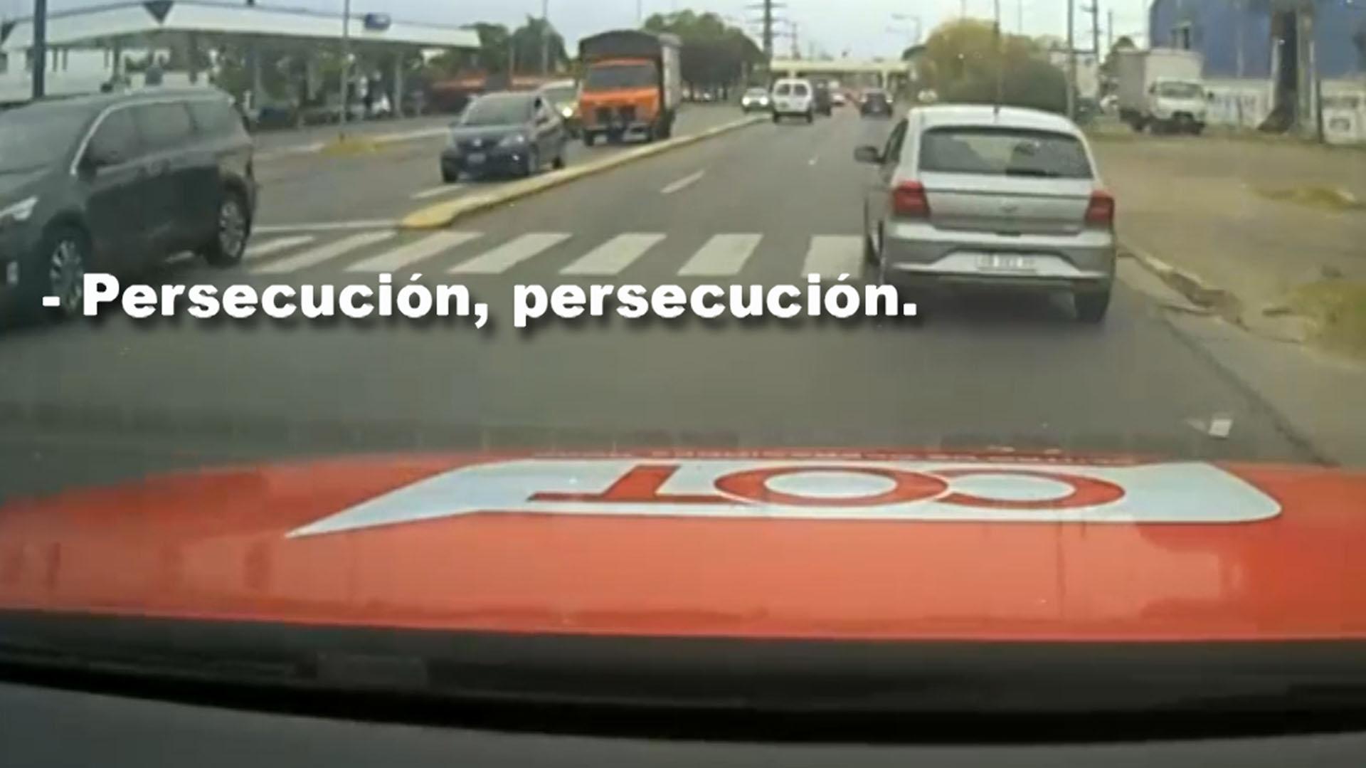 La policía inició la persecución luego que el vehículo no se detuviera tras la advertencia oficial