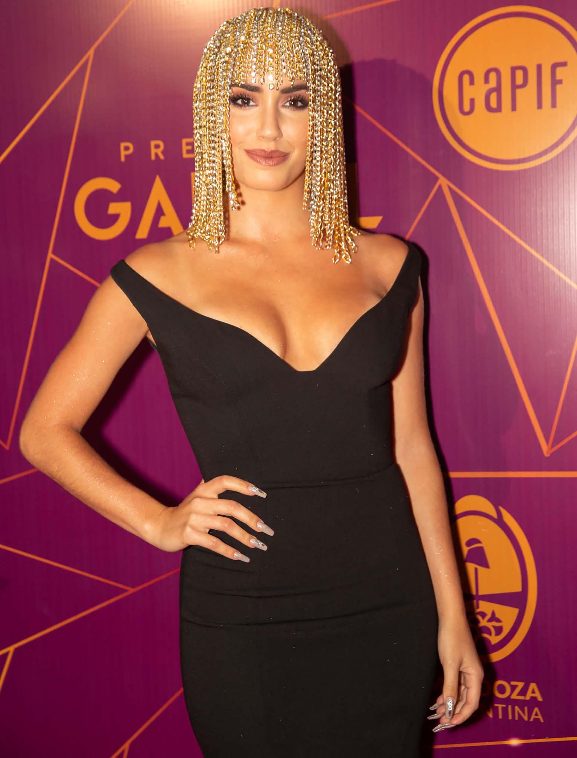 Lali Espósito sorprendió a todo su público con su look en los Premios Gardel. La artista eligió una peluca de cadenas doradas de 70 metros (Foto: Télam)