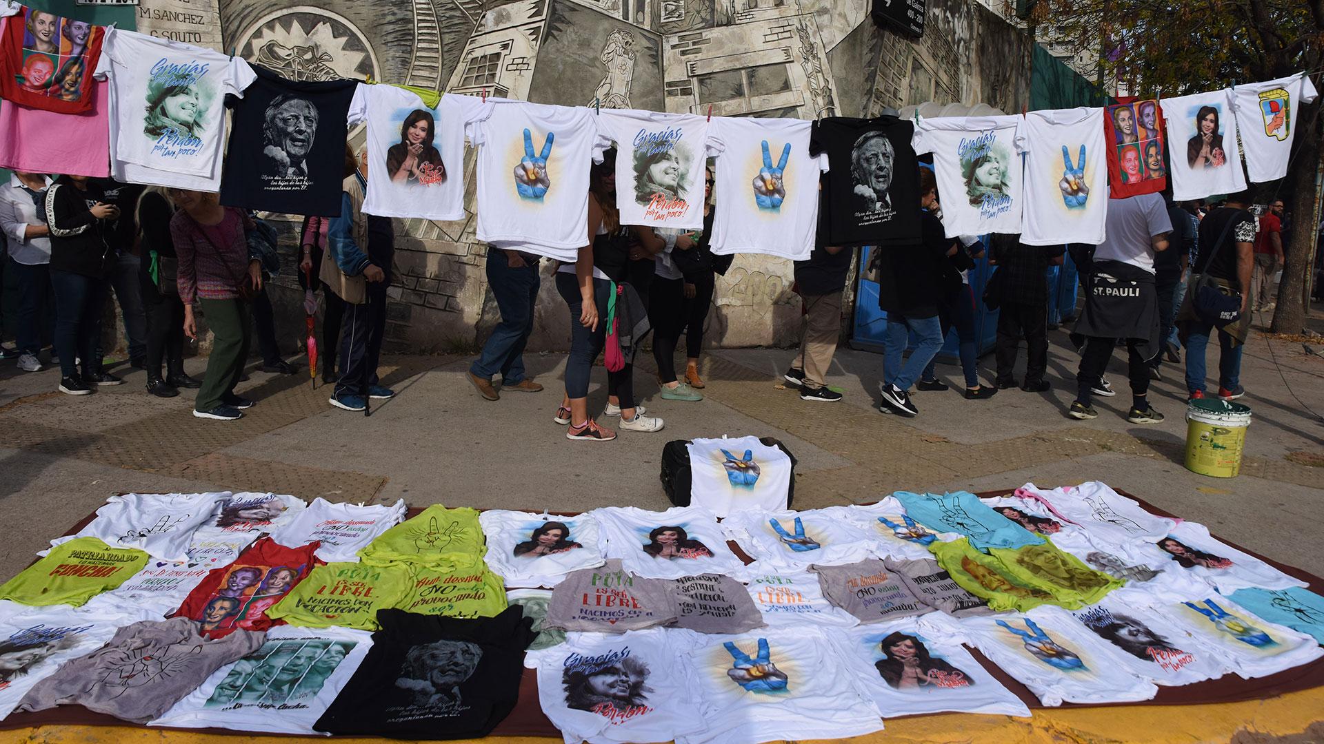 Cotillón militante y remeras en apoyo a Cristina Kirchner en los alrededores del acto en Ferro.