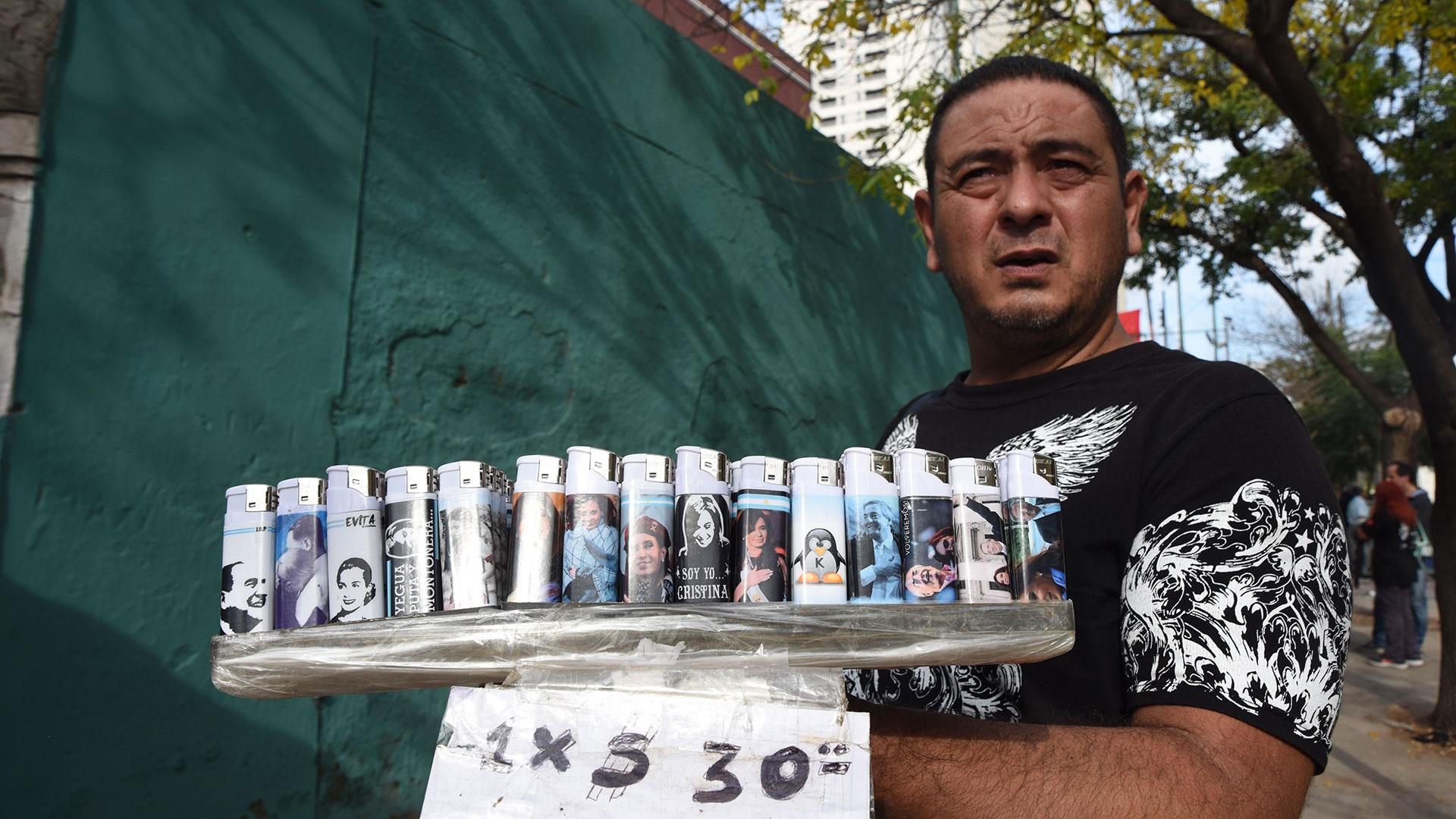Un vendedor ambulante comercializa encendedores con simbología kirchnerista.