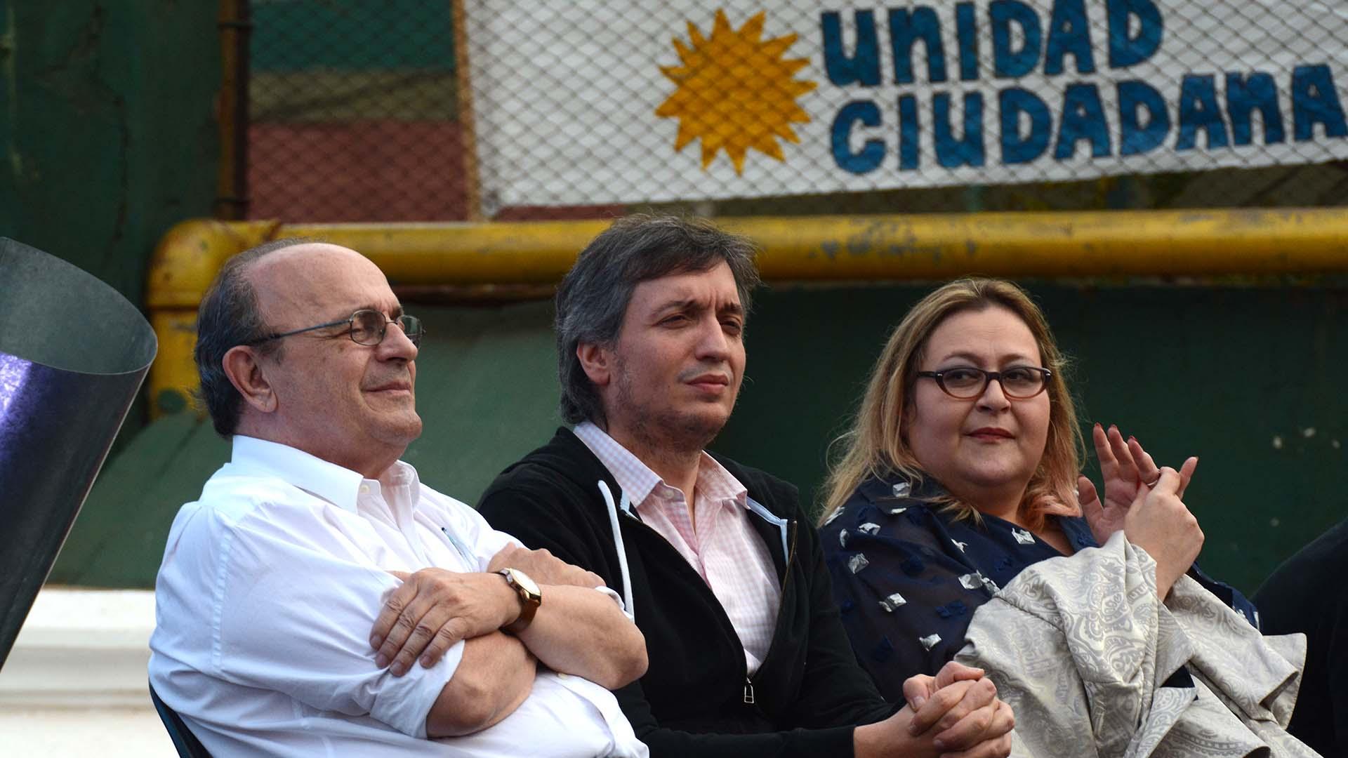 """Máximo Kirchner habló este sábado durante un acto del radicalismo """"K"""". Sentado a su lado, el diputado Leopoldo Moreau y la abogada penalista Graciana Peñafort."""