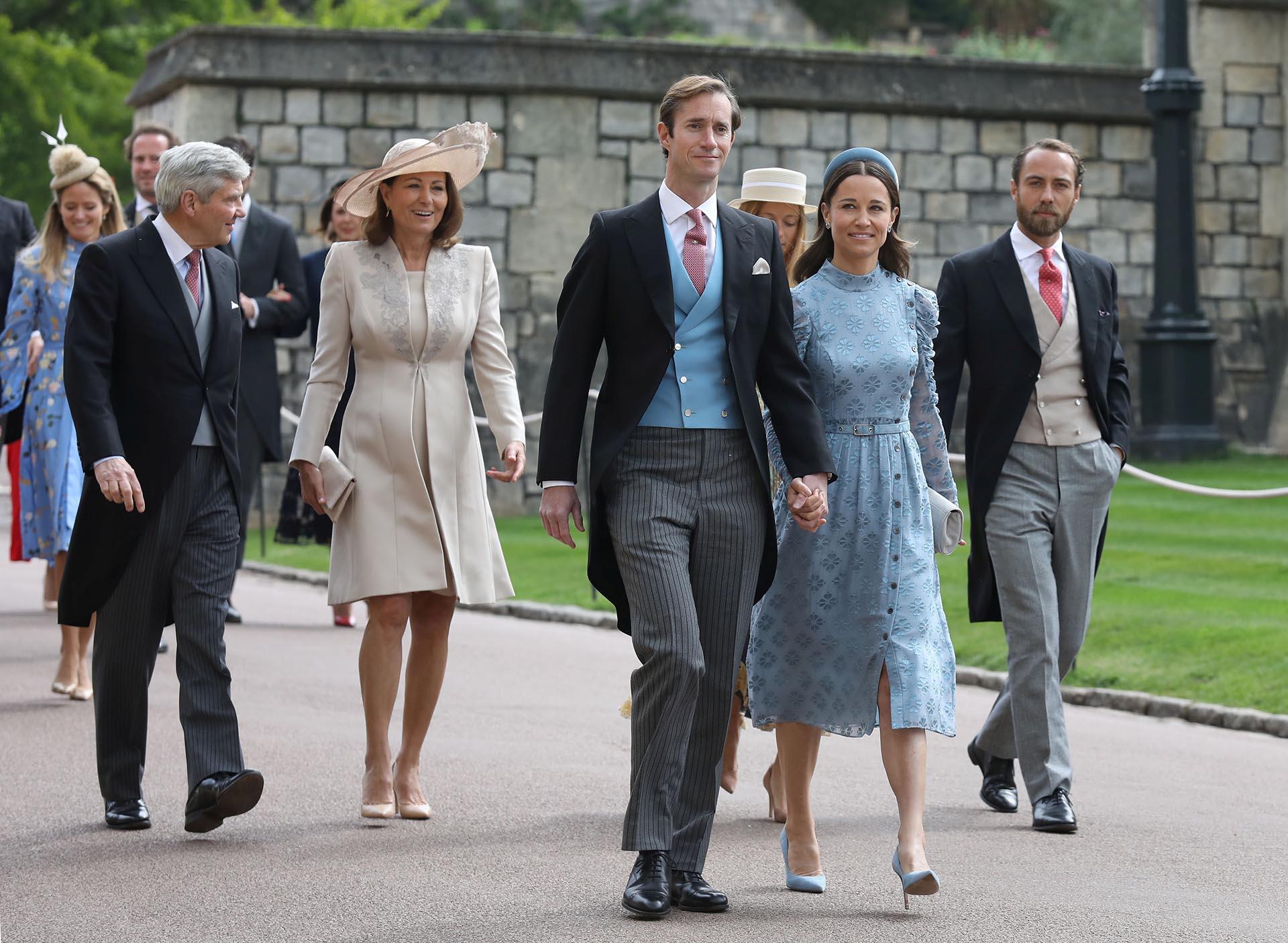 Michael y Carole Middleton, padres de Catalina de Cambridge, caminan detrás de James Matthews y Pippa Middleton