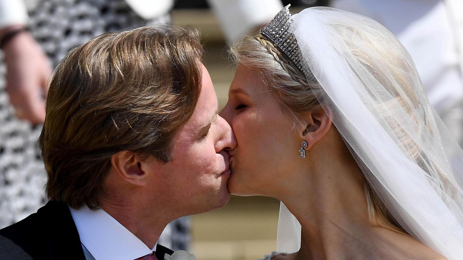 Los novios sellaron su amor con un beso a la salida del servicio religioso. La fiesta se llevó a cabo en Frogmore House