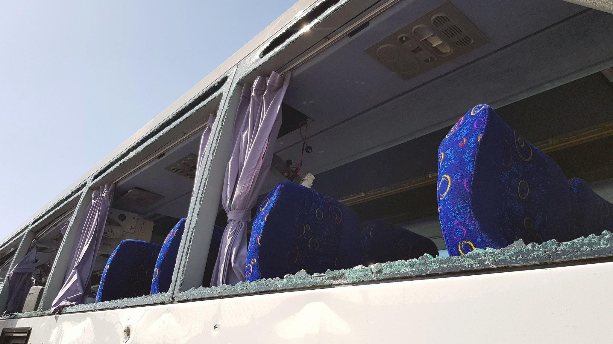 La explosión destruyó los cristales del autobús (Reuters)