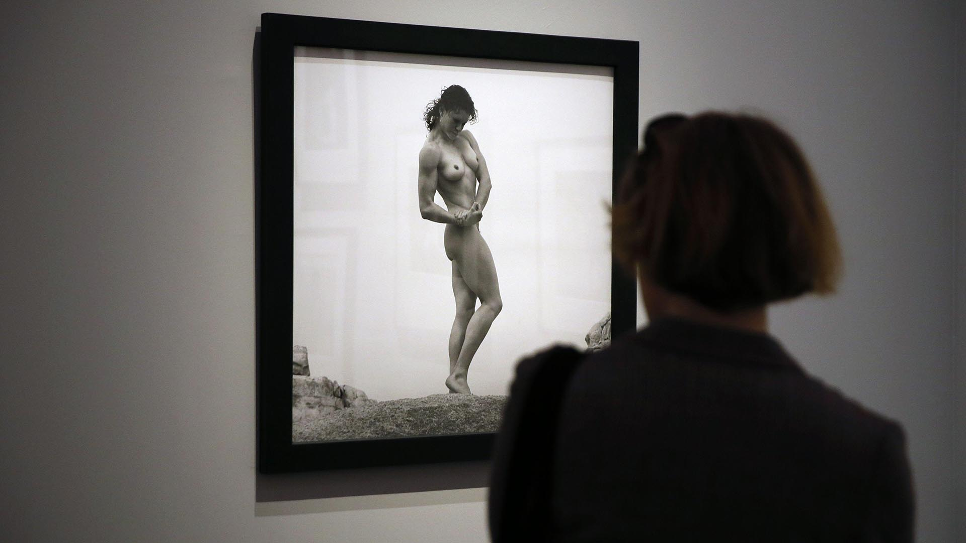 Un visitante en una muestra de fotos de Mapplethorpe, en 2014. AFP PHOTO / PATRICK KOVARIK