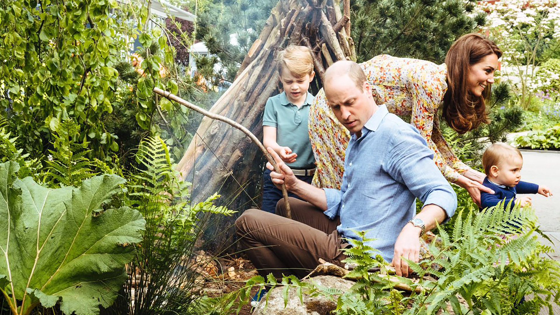 Los duques de Cambridge y sus hijos, los príncipes George, de 5 años, y Louis, de 1, juegan en un jardín diseñado por Kate Middleton para el Chelsea Flower Show, uno de los eventos de jardinería más esperados por la sociedad británica
