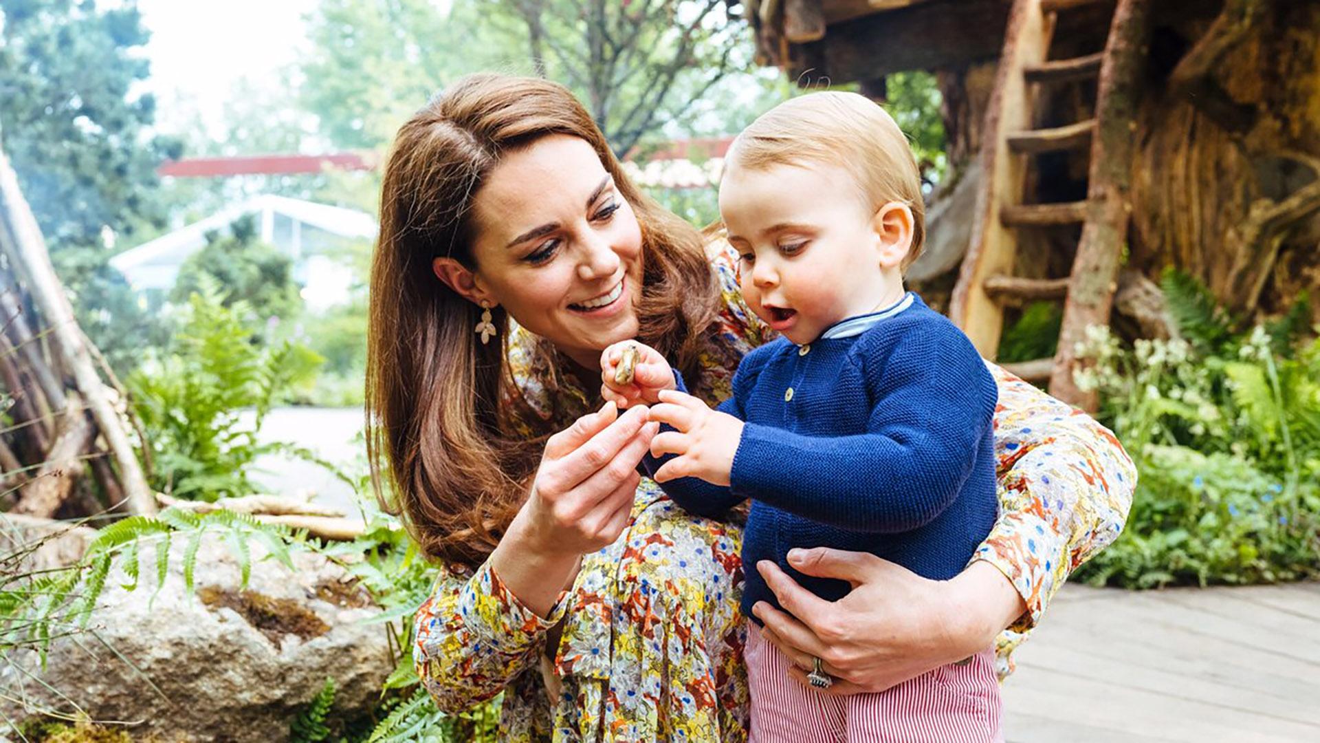 La duquesa de Cambridge y el príncipe Louis, nacido el 23 abril de 2018. (@RoyalFamily)