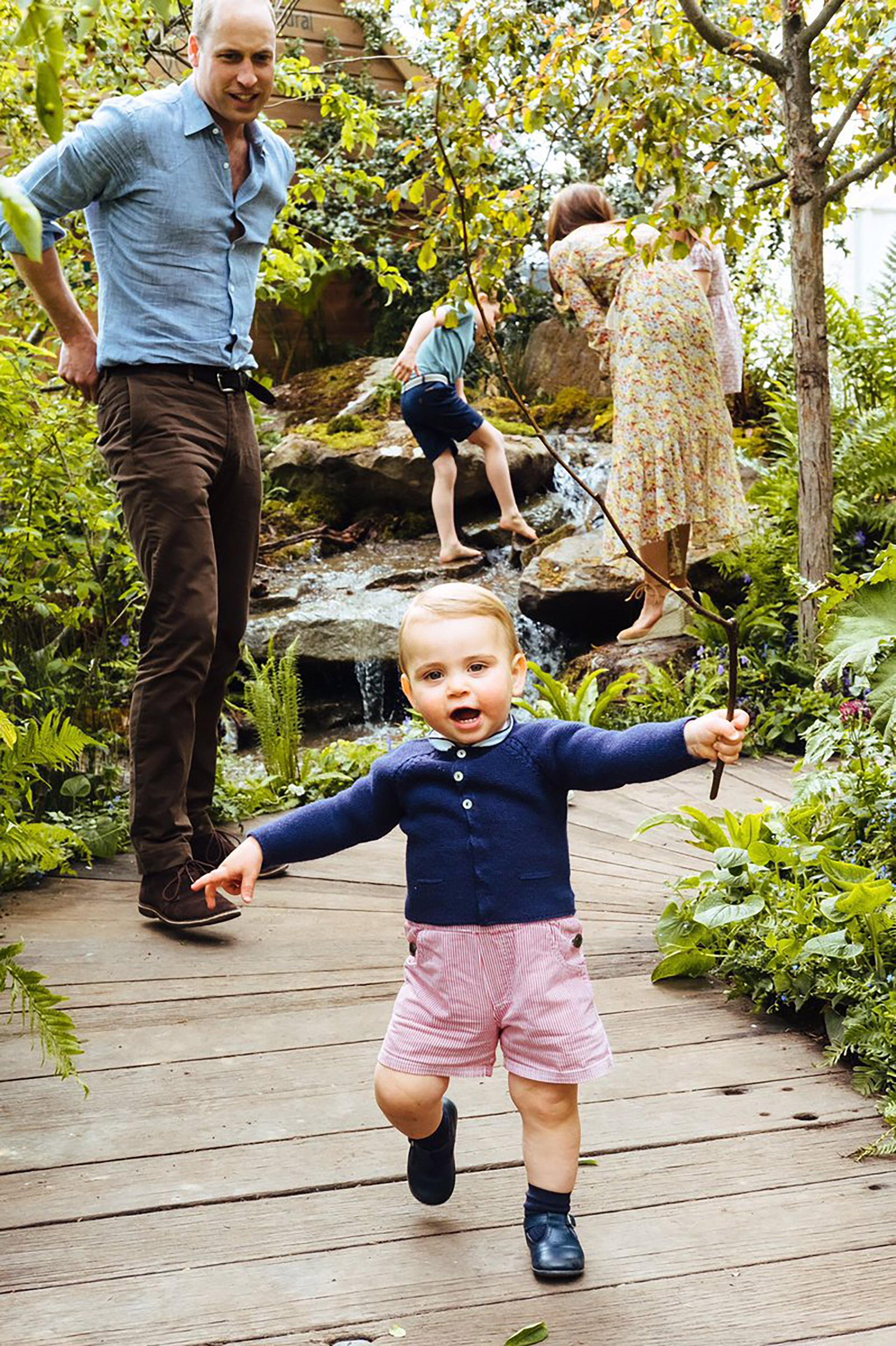 Los primeros pasos de Louis ante la atenta mirada de su padre, el futuro rey de Inglaterra