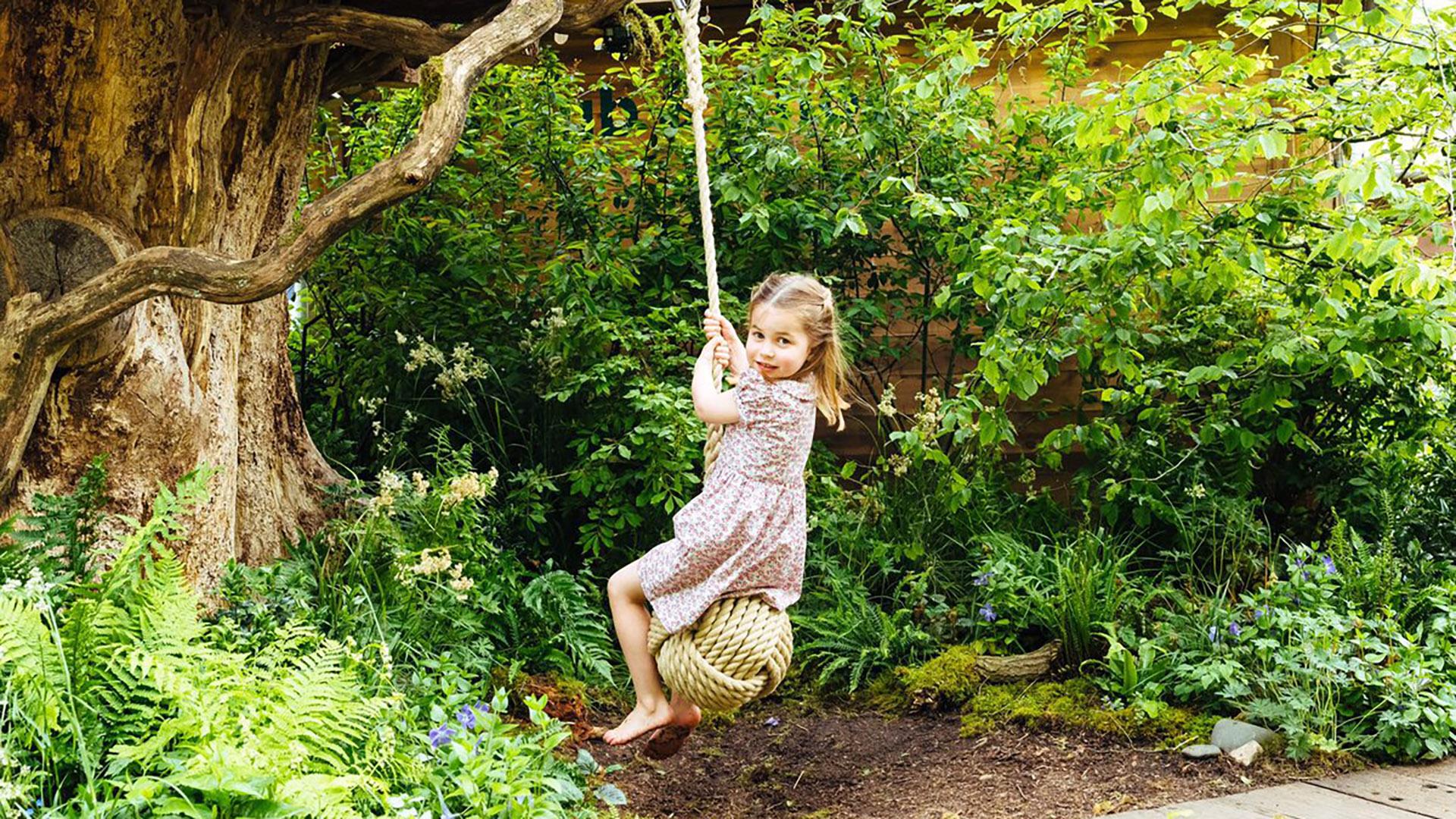 La princesa Charlotte, de 4 años, disfruta del columpio del jardín diseñado por su madre