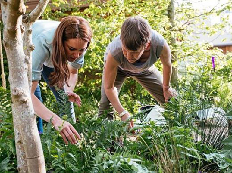 El objetivo de Kate Middleton con este jardín, es animar a más niños a pasar tiempo al aire libre, por lo que el colorido espacio cuenta con un asiento de columpio, una fogata y una pasarela de madera con un pequeño arroyo