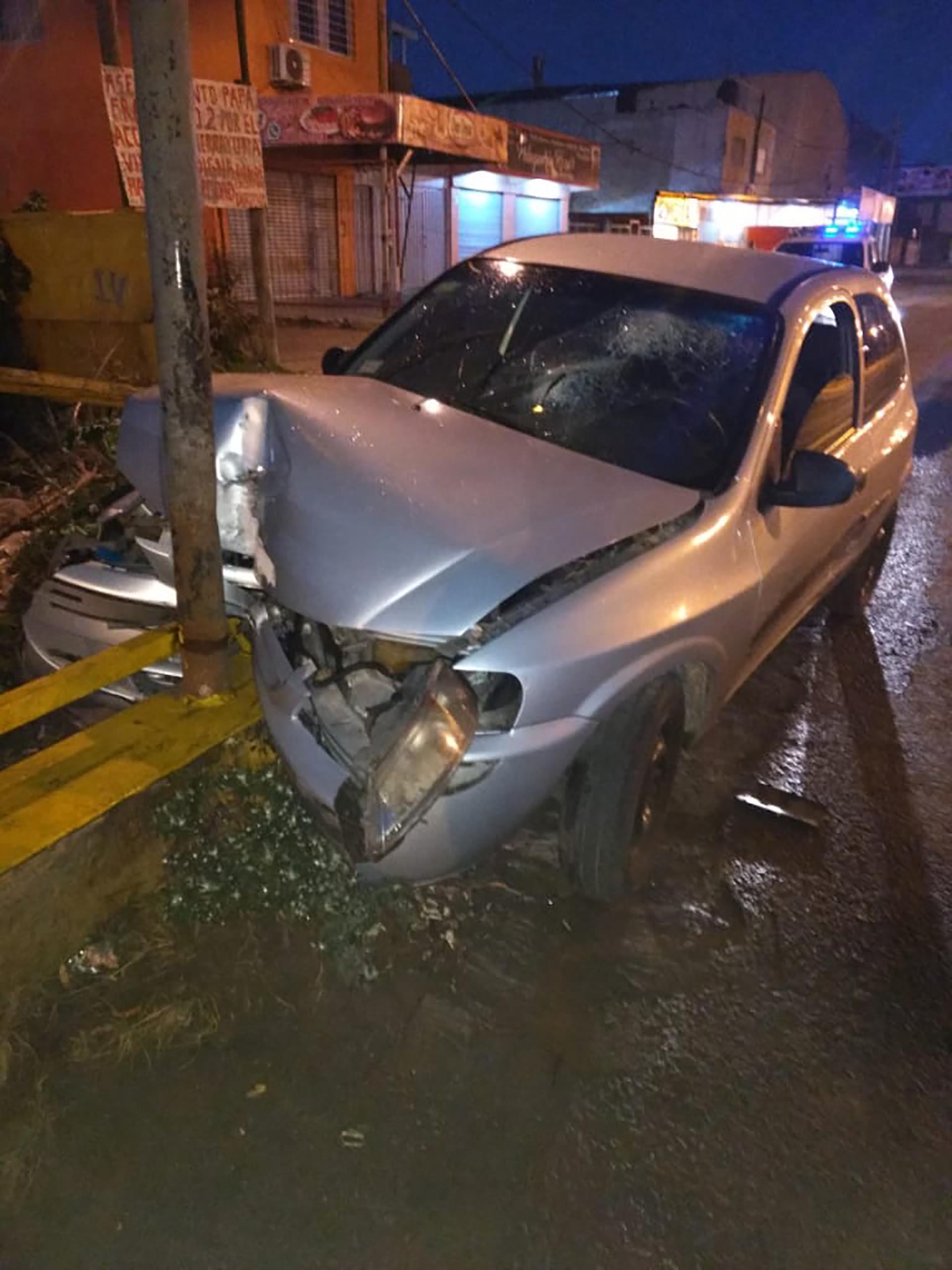 El auto de los detenidos chocado en el cruce del Camino General Belgrano y 812 de Quilmes